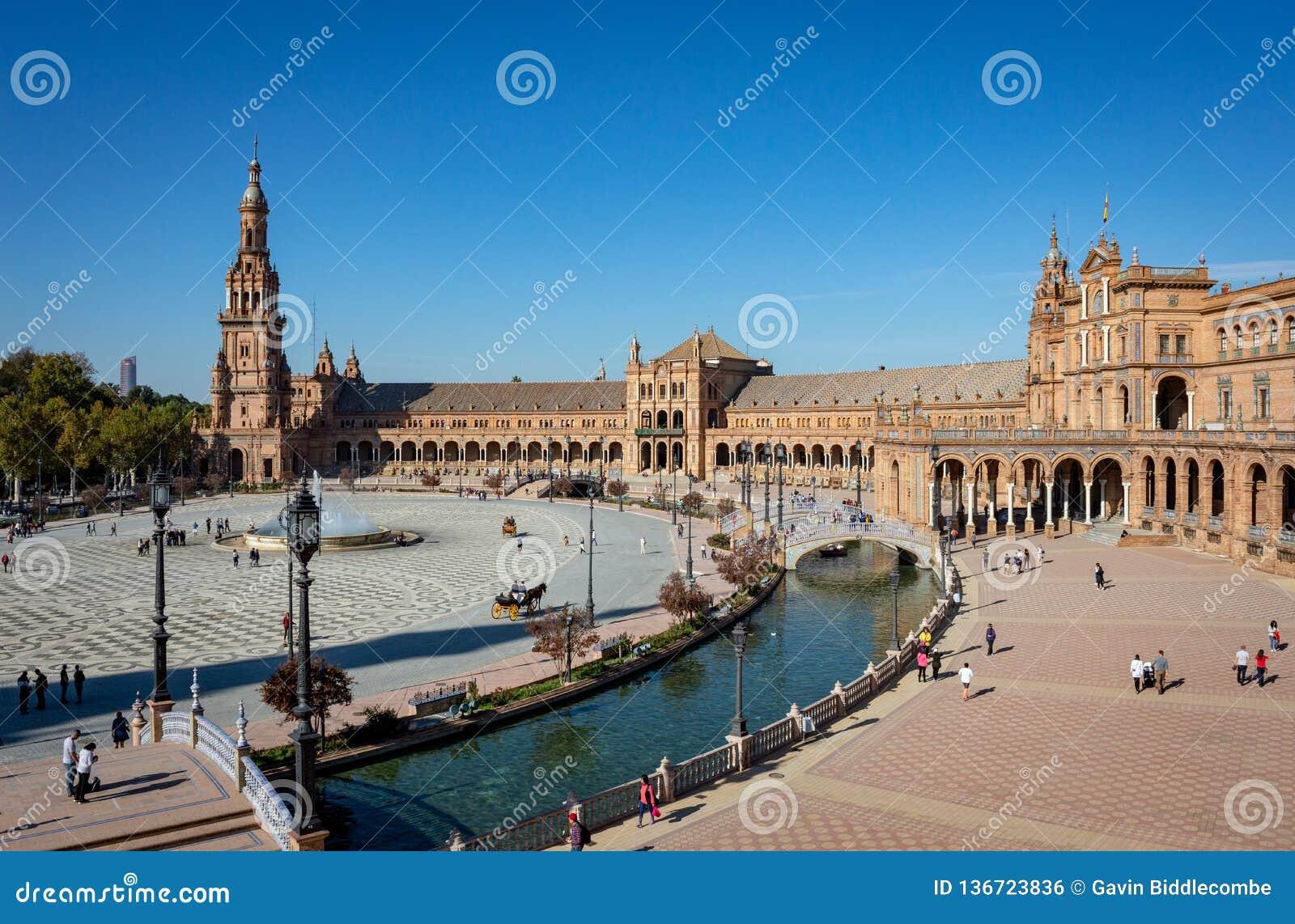 Plaza de España i Seville under en blå himmel