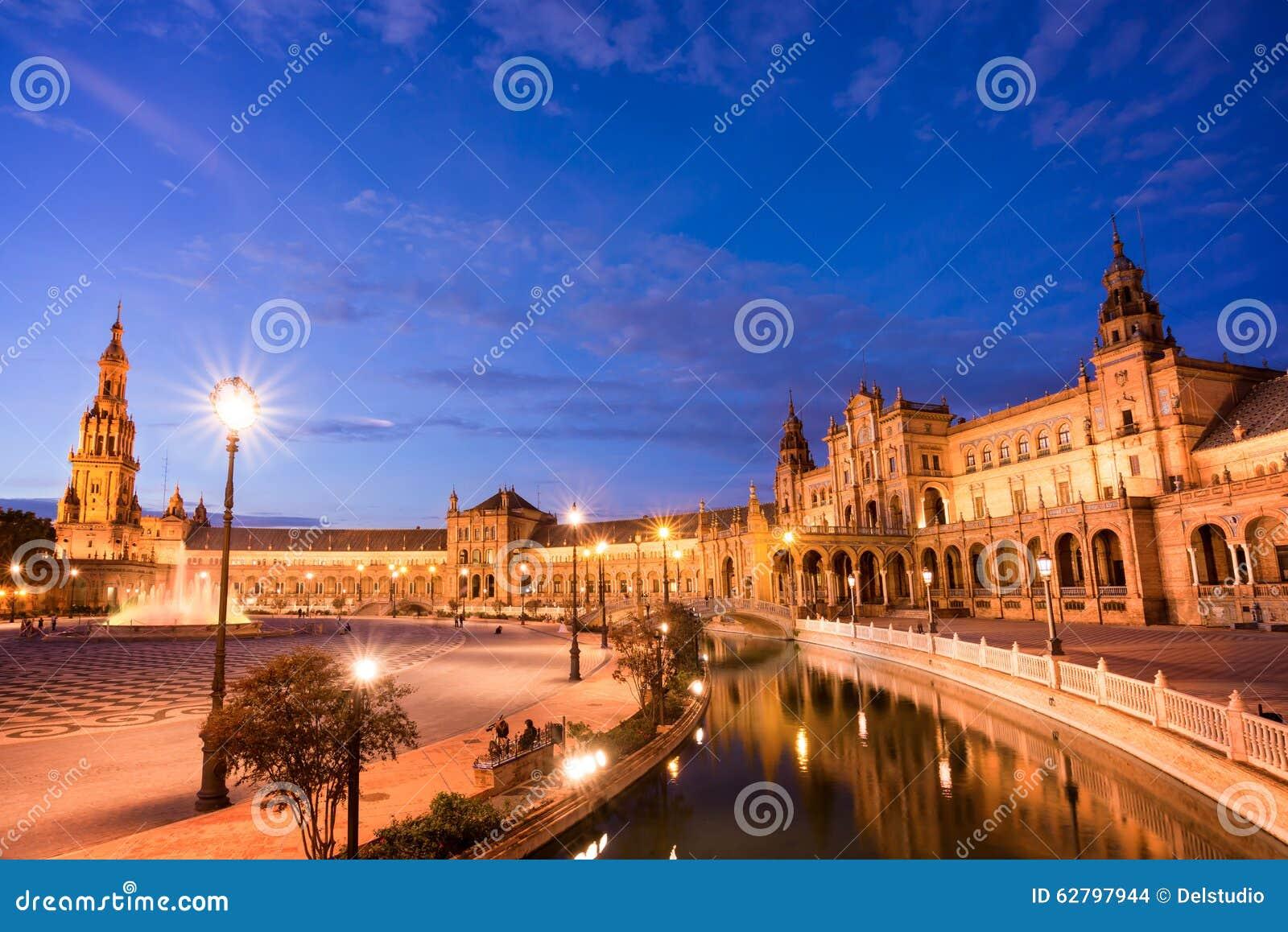 Plaza de Espana (den Spanien fyrkanten) på natten i Seville