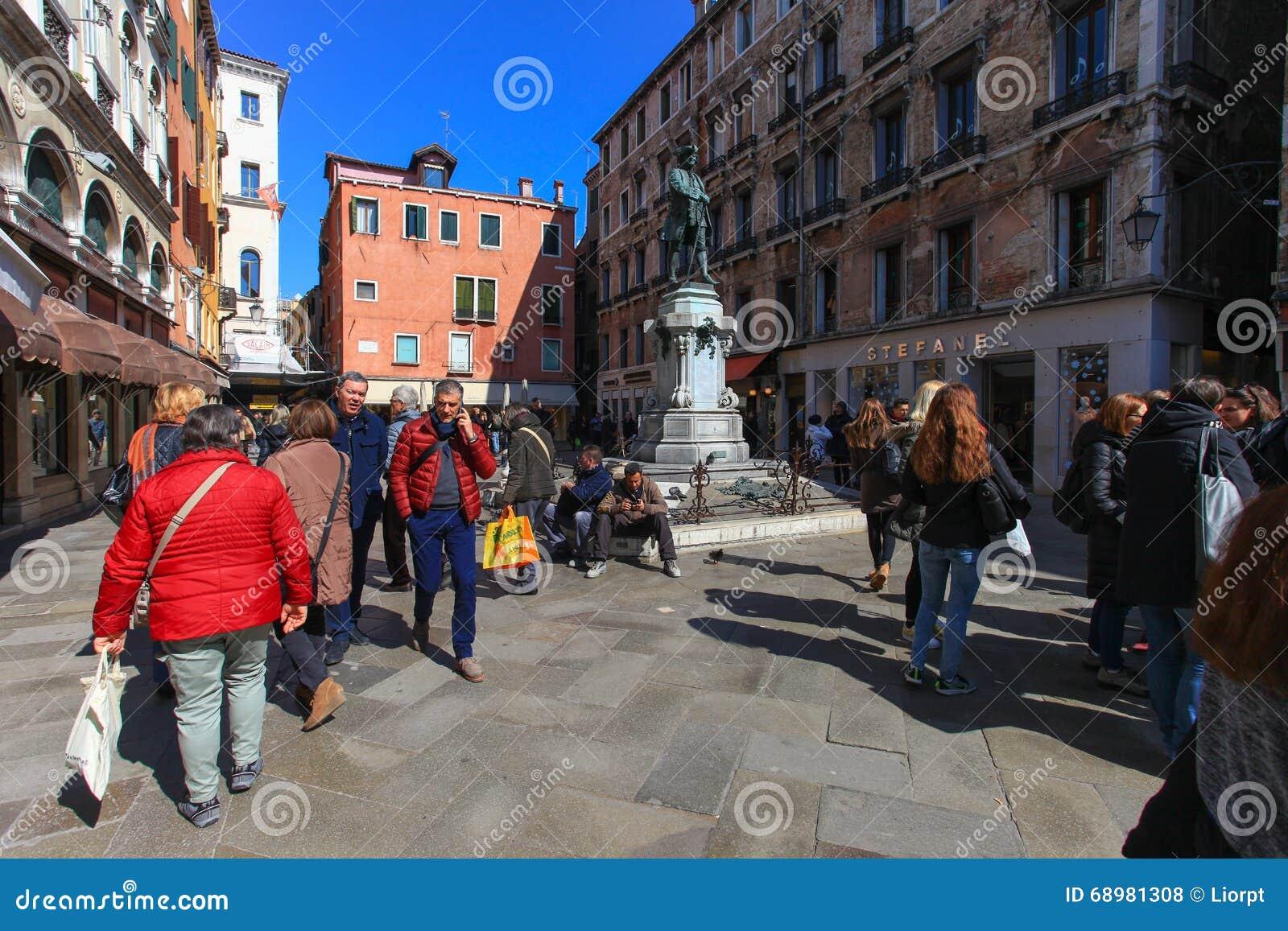 Plaza o Campo típica en el corazón de Venecia