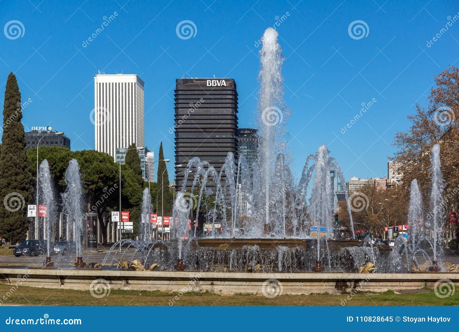 Plaza San Juan de la cruz à la rue de Paseo de la Castellana dans la ville de Madrid, Espagne
