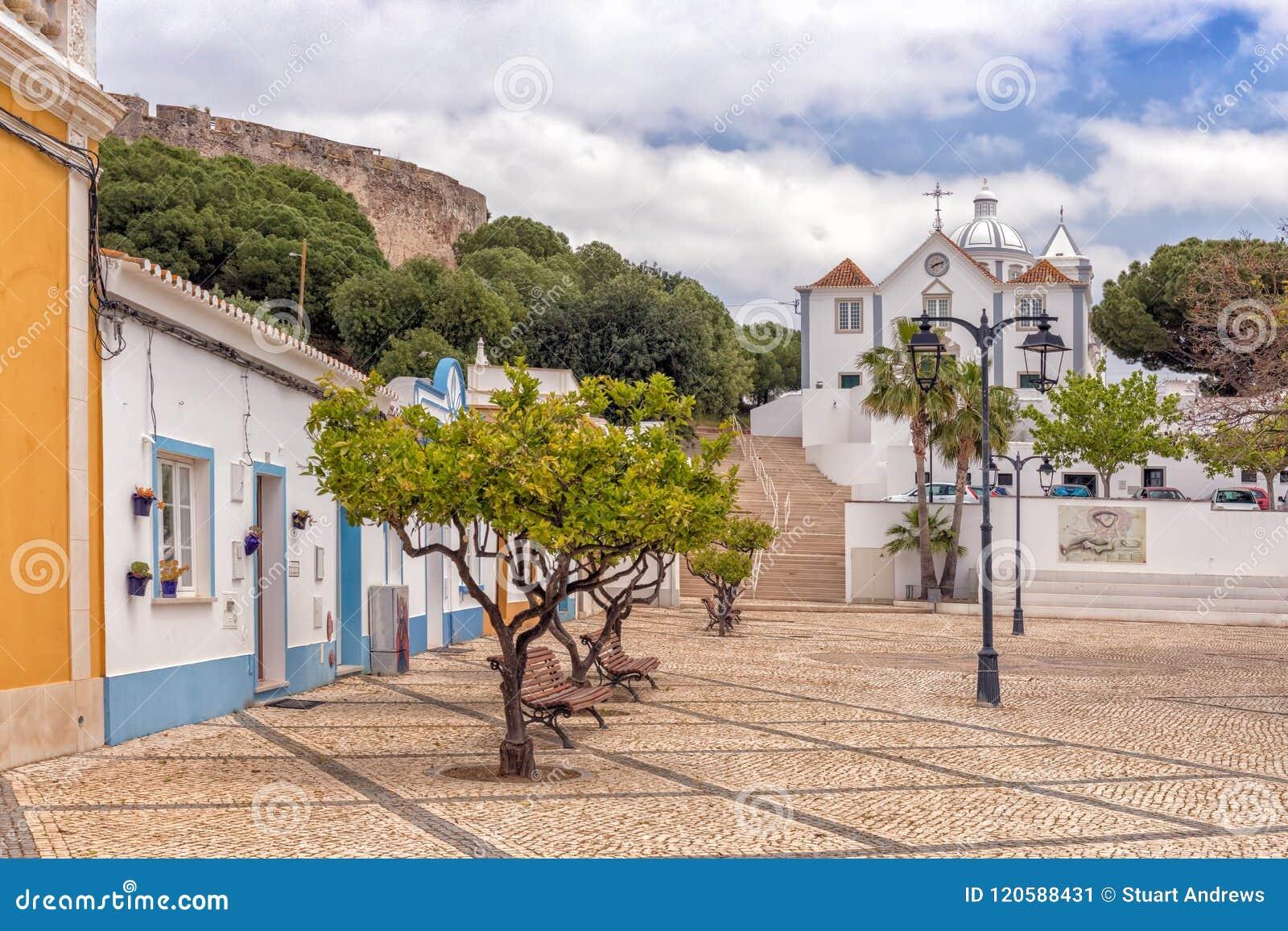 Plaza y la iglesia de nuestra señora de los mártires, Castro Marim, Portugal