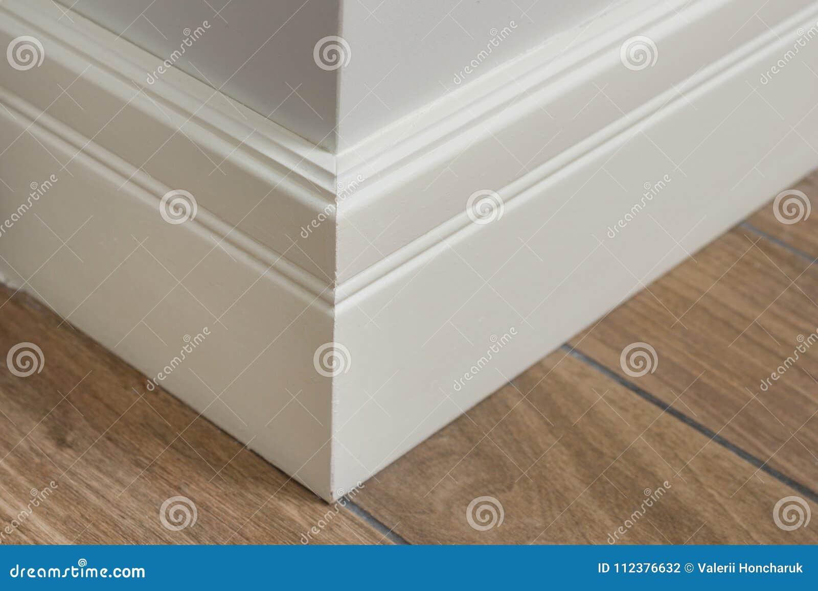 Pleśniejący w wnętrzu, baseboard kąt Lekka matte ściana z płytkami imituje twarde drzewo podłoga