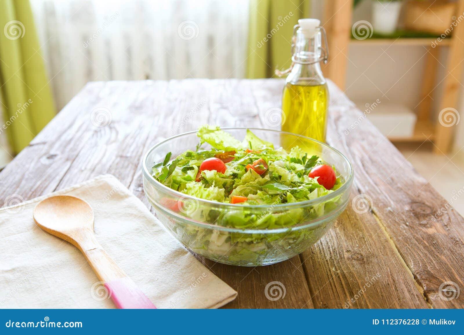 Plein bol de salade verte fraîche sur une table en bois contre dessus une cuisine rustique Mode de vie sain de concept et nourrit