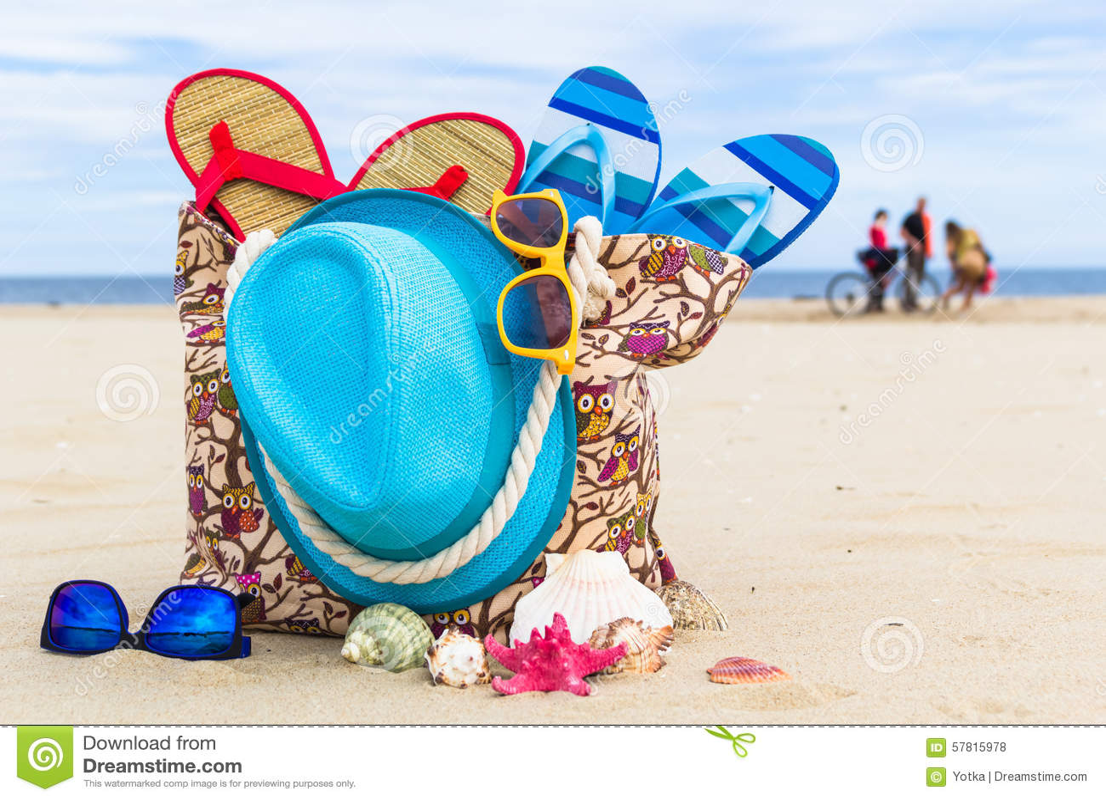 plein fond de plage de sunbathers de sac accessoire photo stock image du d tendez saison. Black Bedroom Furniture Sets. Home Design Ideas