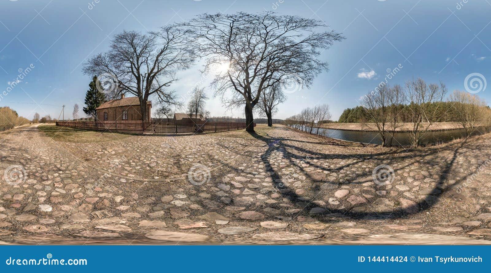 Plein panorama sphérique sans couture de hdri 360 degrés de vue d angle sur la route de gravier près de la maison de brique dans