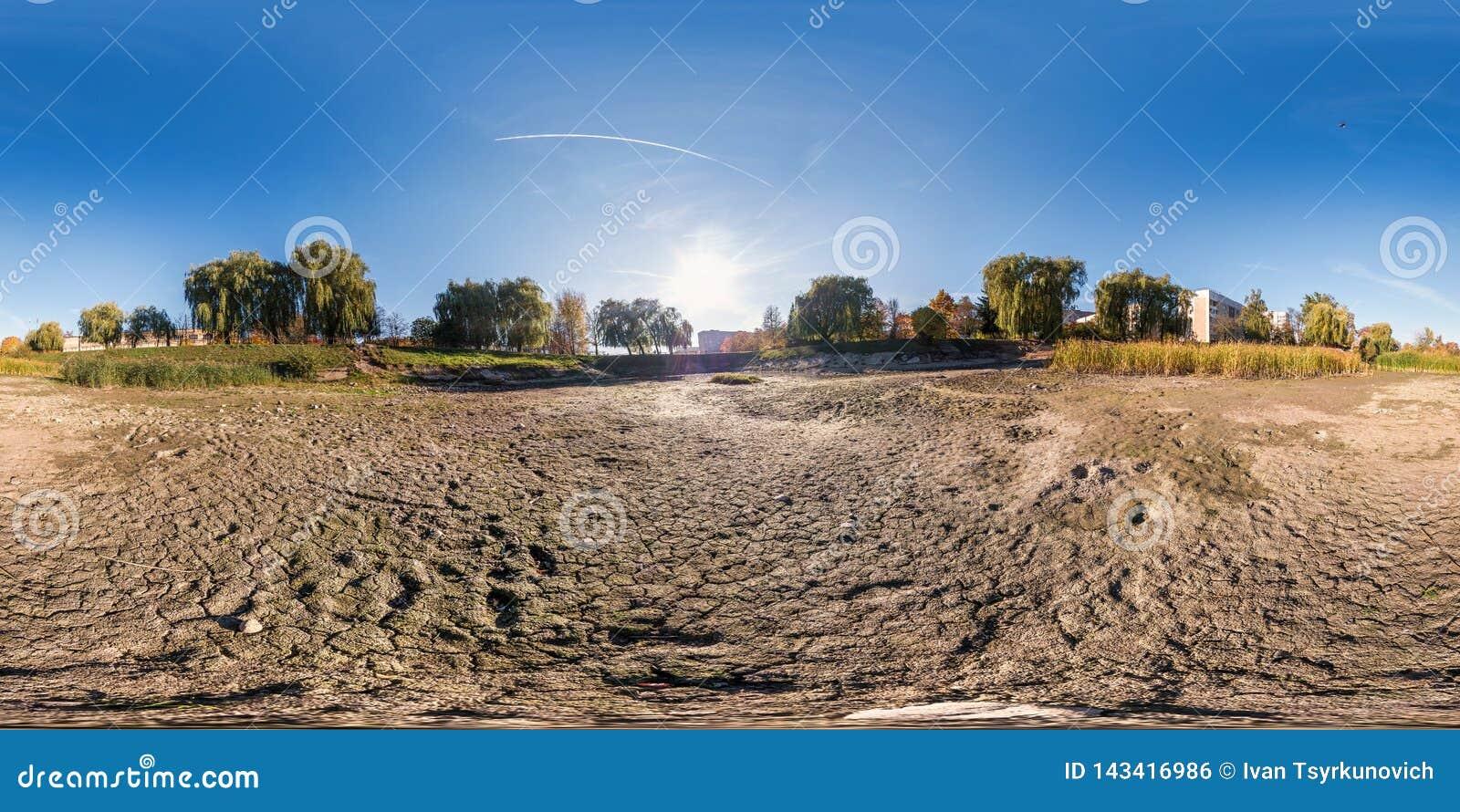 Plein panorama sphérique sans couture 360 degrés de vue d angle au fond de l étang haut sec dans le jardin de la zone résidentiel