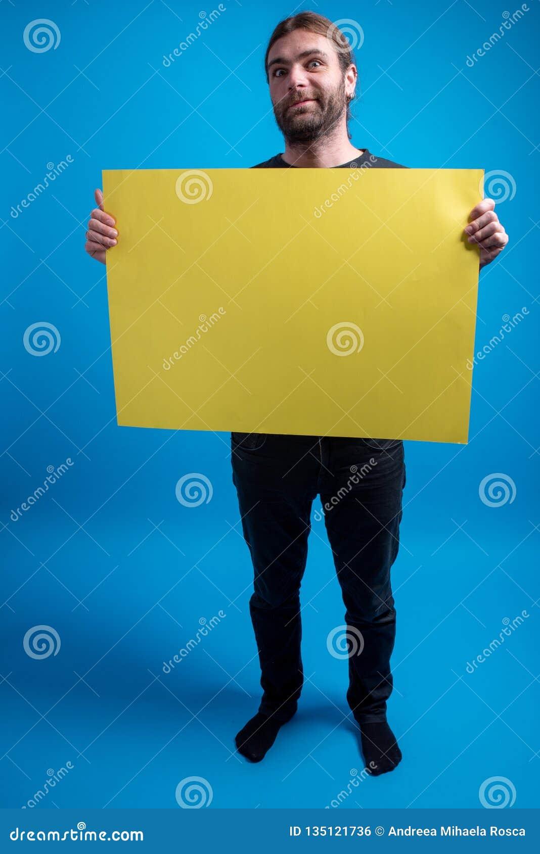 Plein portrait d homme drôle tenant un panneau d affichage de carton