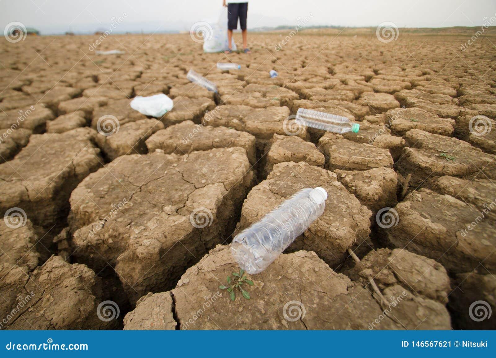 Plein sac se tenant volontaire des déchets en plastique tout en corrigeant des déchets