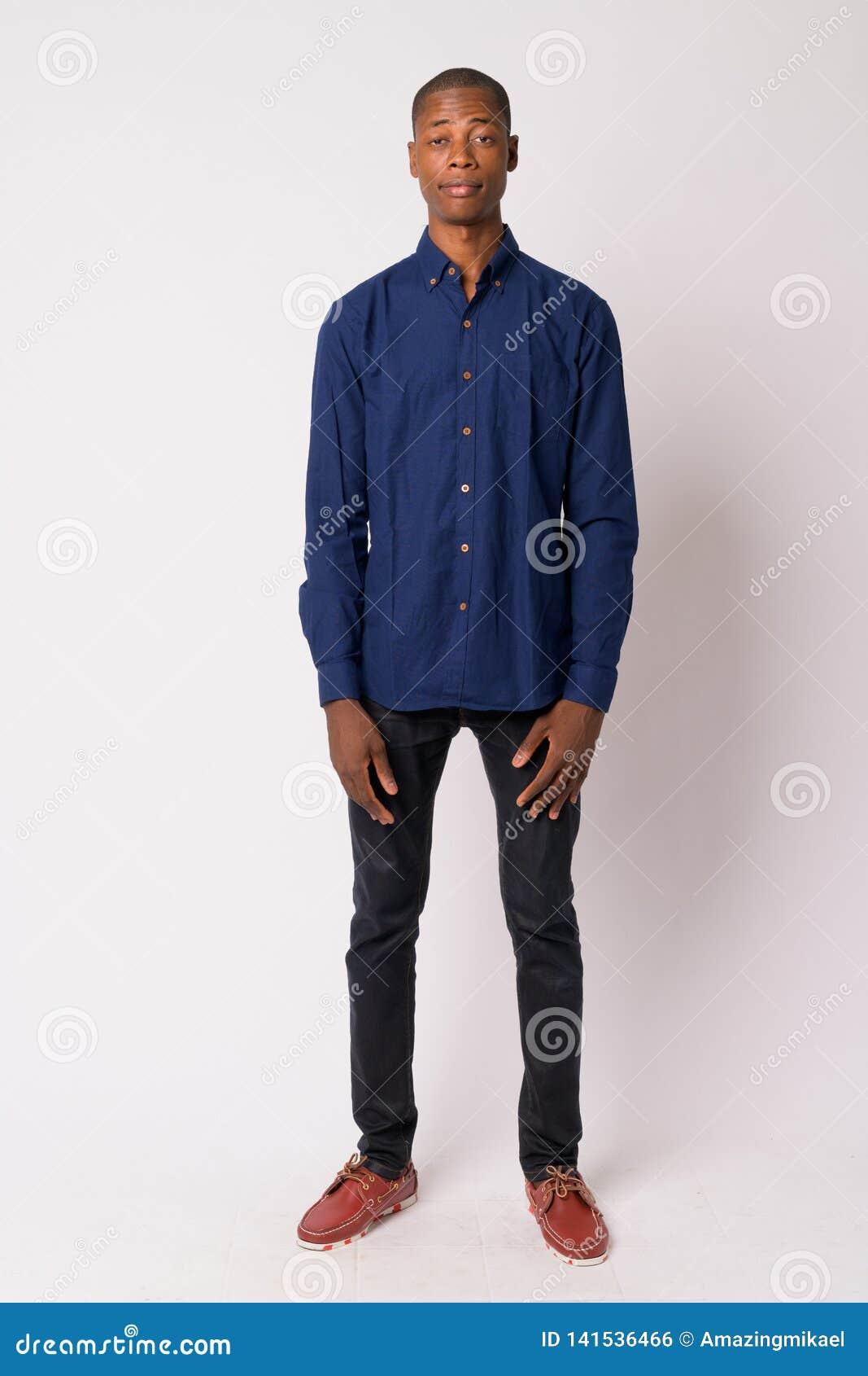 Plein tir de corps de jeune homme d affaires africain chauve bel