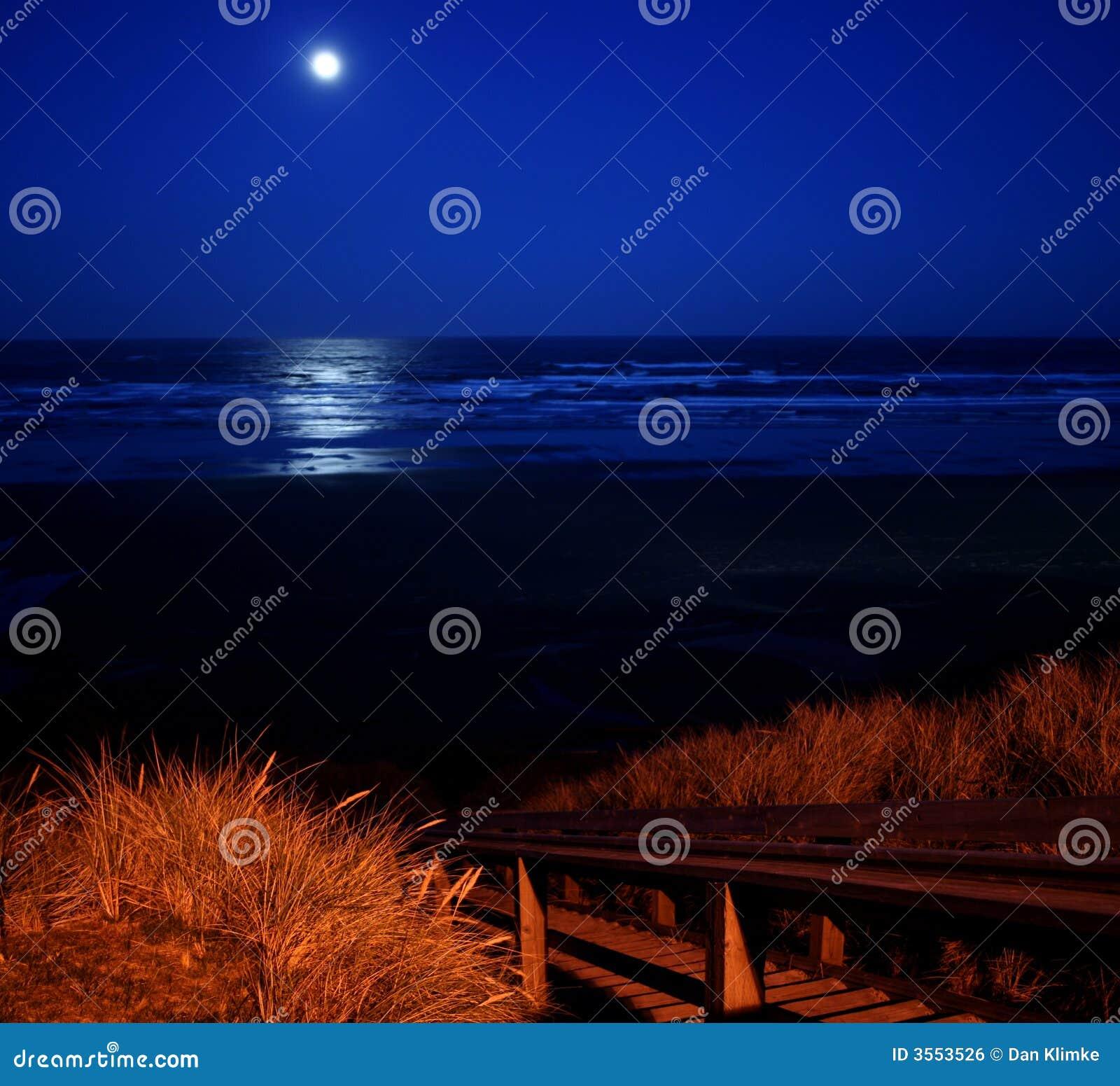 Pleine lune au-dessus de plage de Newport