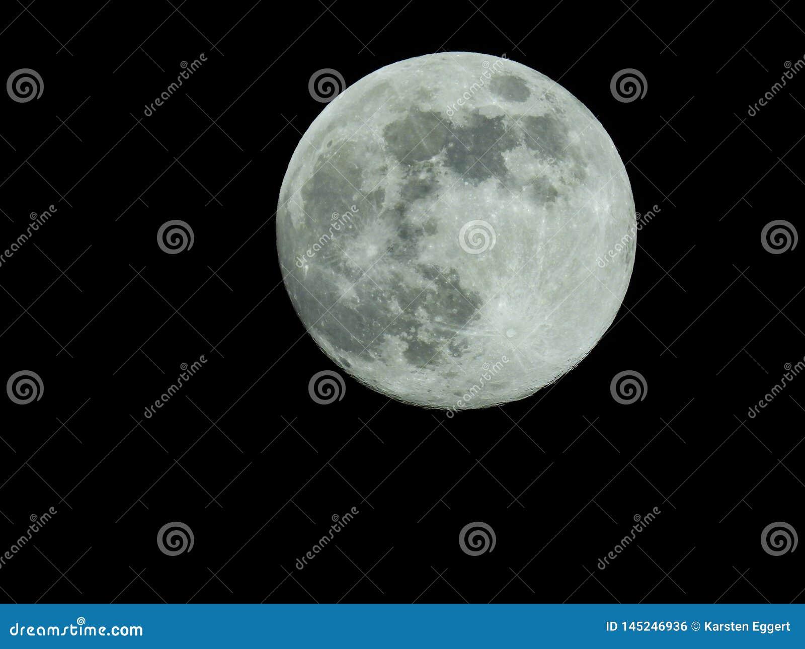 Pleine lune dans le ciel nocturne étoilé
