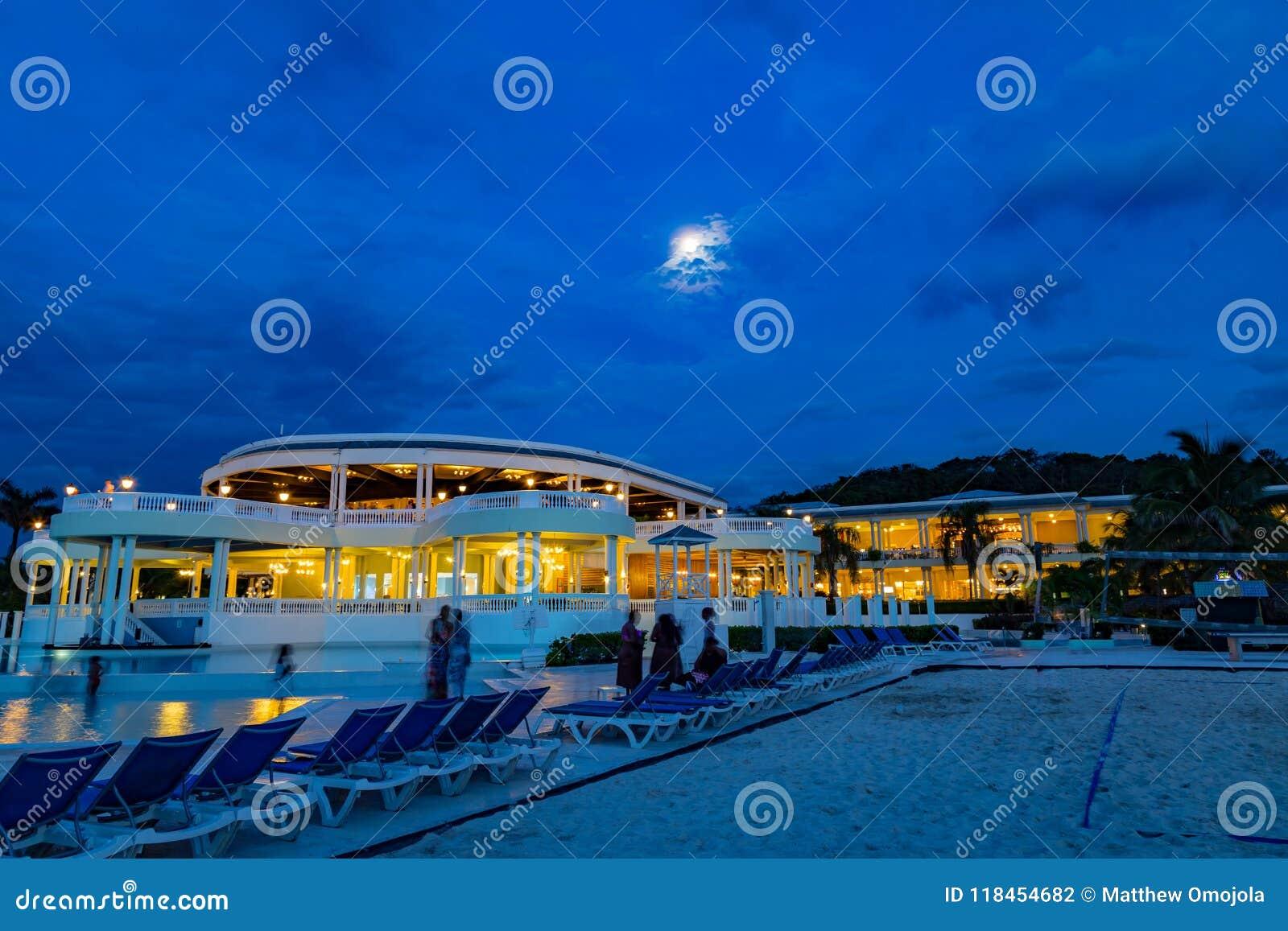 Pleine lune dans un ciel bleu au-dessus de la station de vacances grande Jamaïque les Antilles de palladium