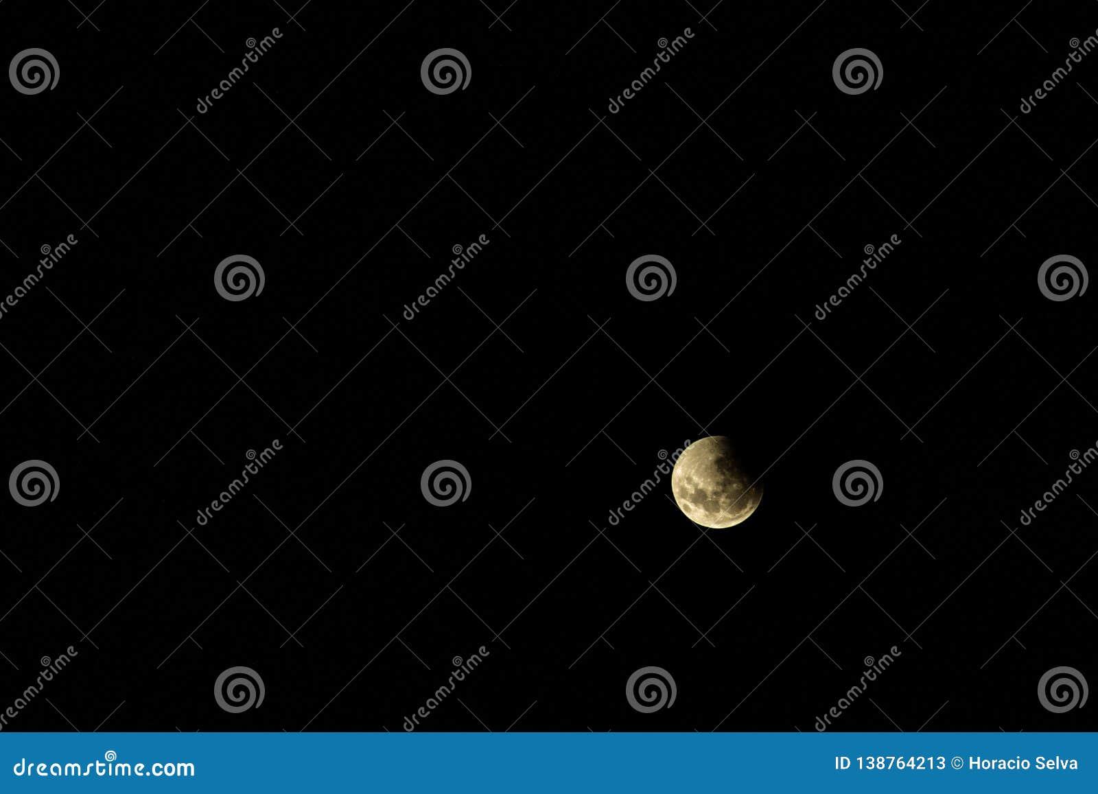 Pleine lune pendant une éclipse La lune a couvert par la tristesse de la terre