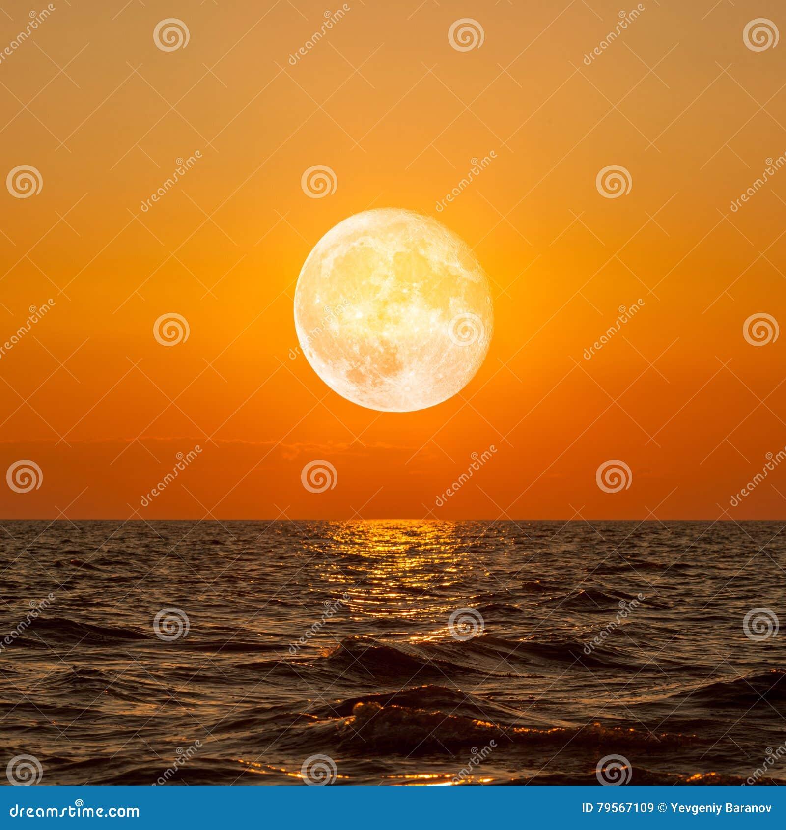 Pleine lune se levant au-dessus de l océan vide