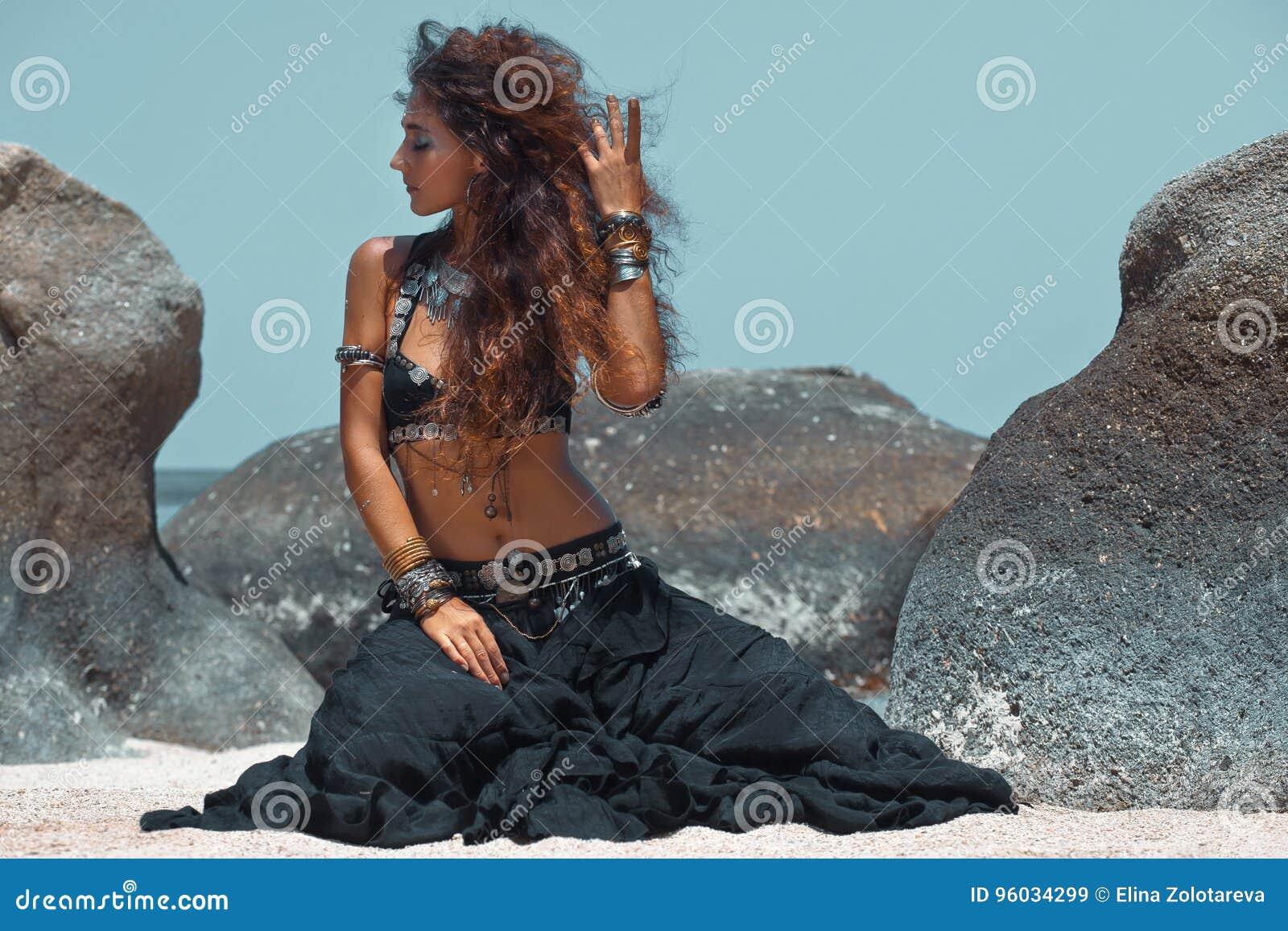 Plemienny kobieta tancerz na plaży