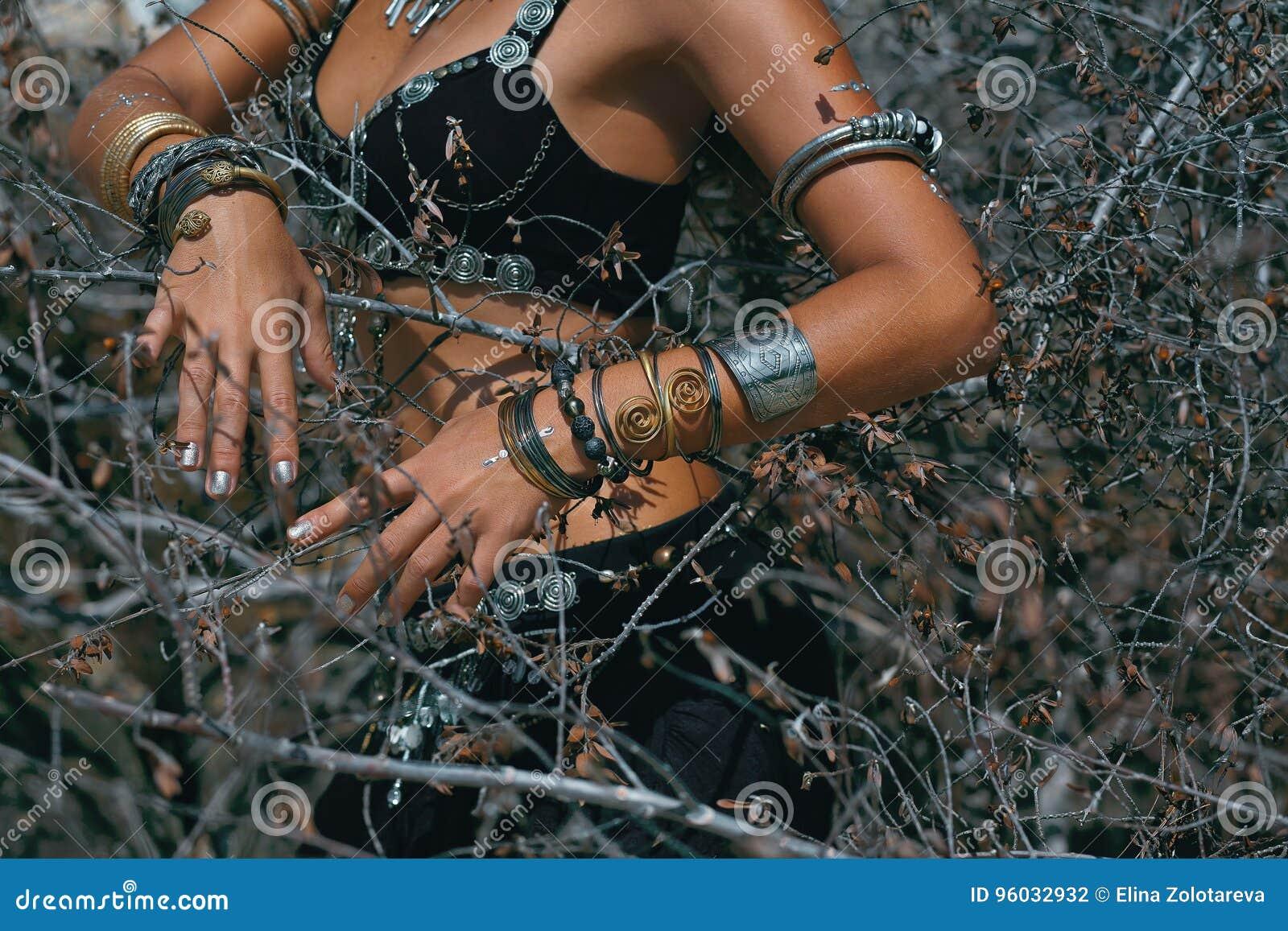 Plemienny kobieta tancerz outdoors Zamyka w górę fotografii ręki z ethni