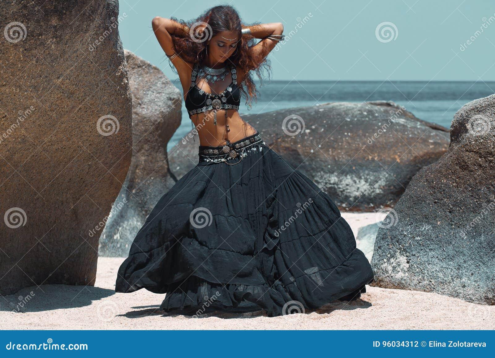 Plemienny kobieta taniec na plaży