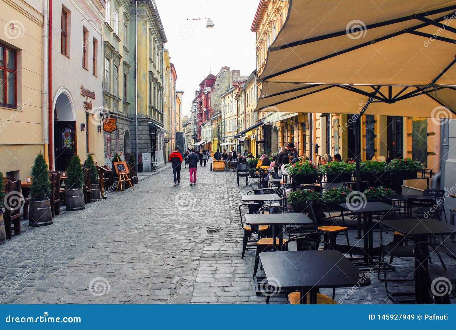 Plenerowa kawiarnia w starym miasteczku