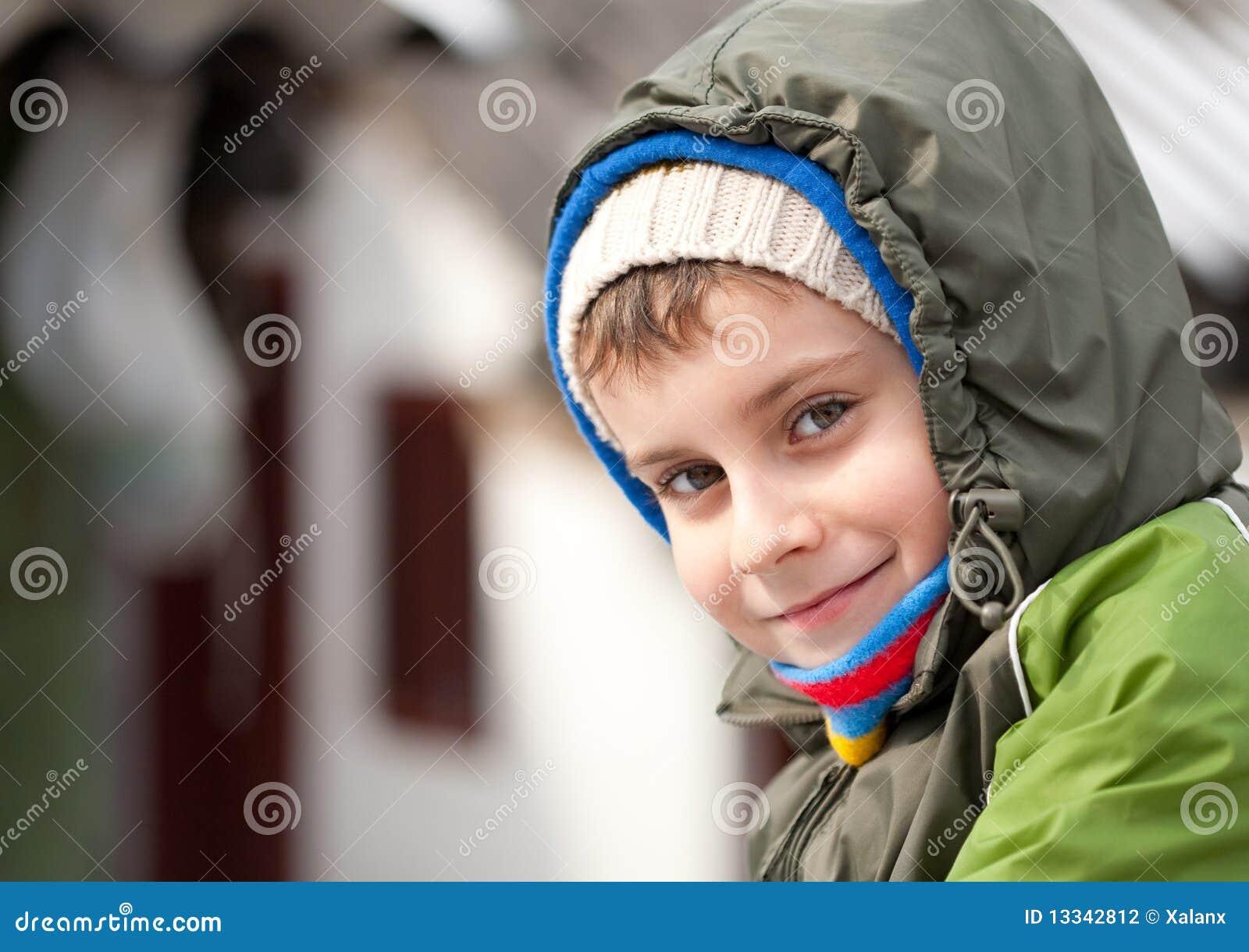 Plenerowy śliczny dzieciak