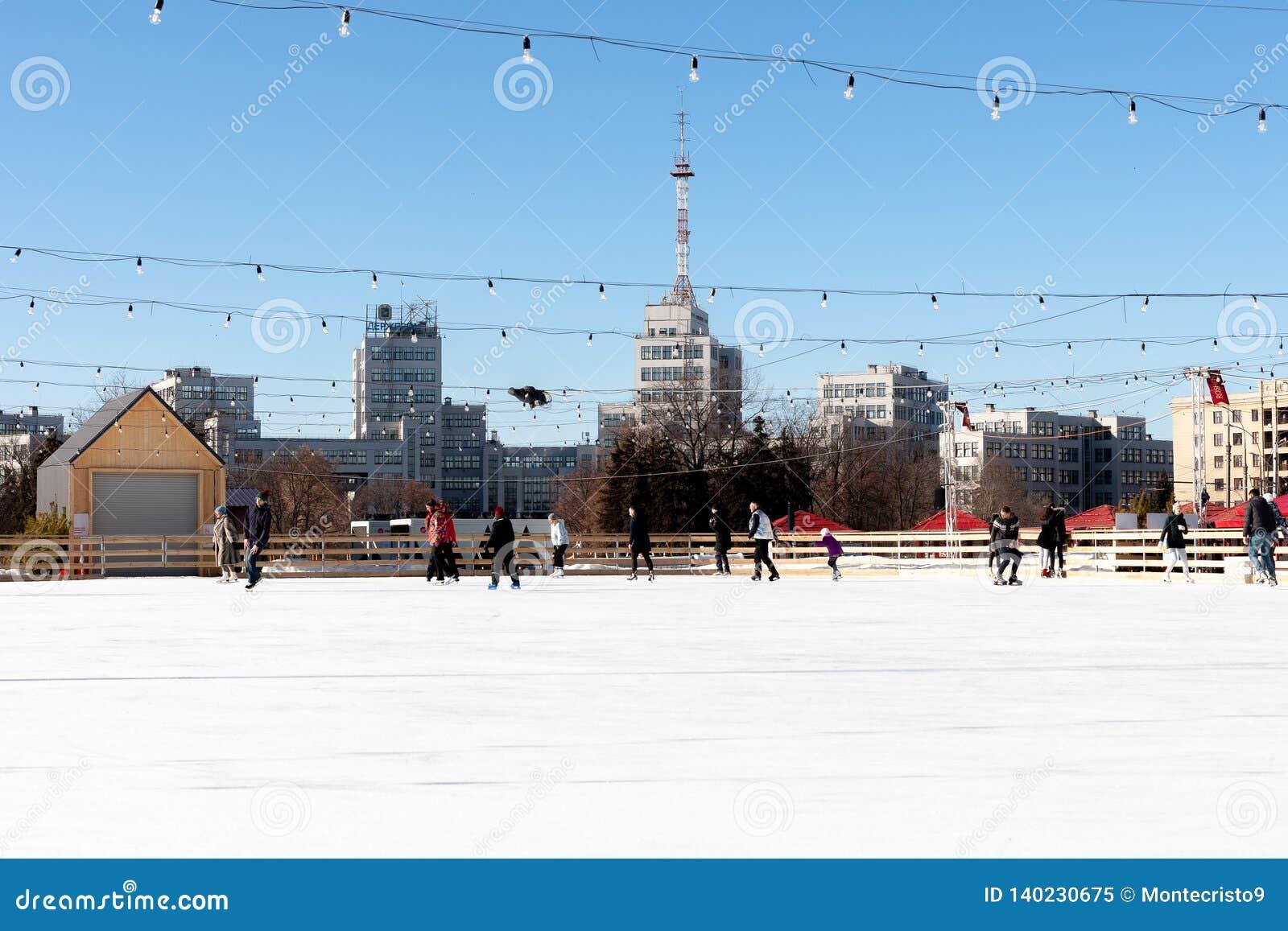 Plenerowy lodowy lodowisko przy głównym placem ludzie obruszeń i zabawę kharkiv miasto