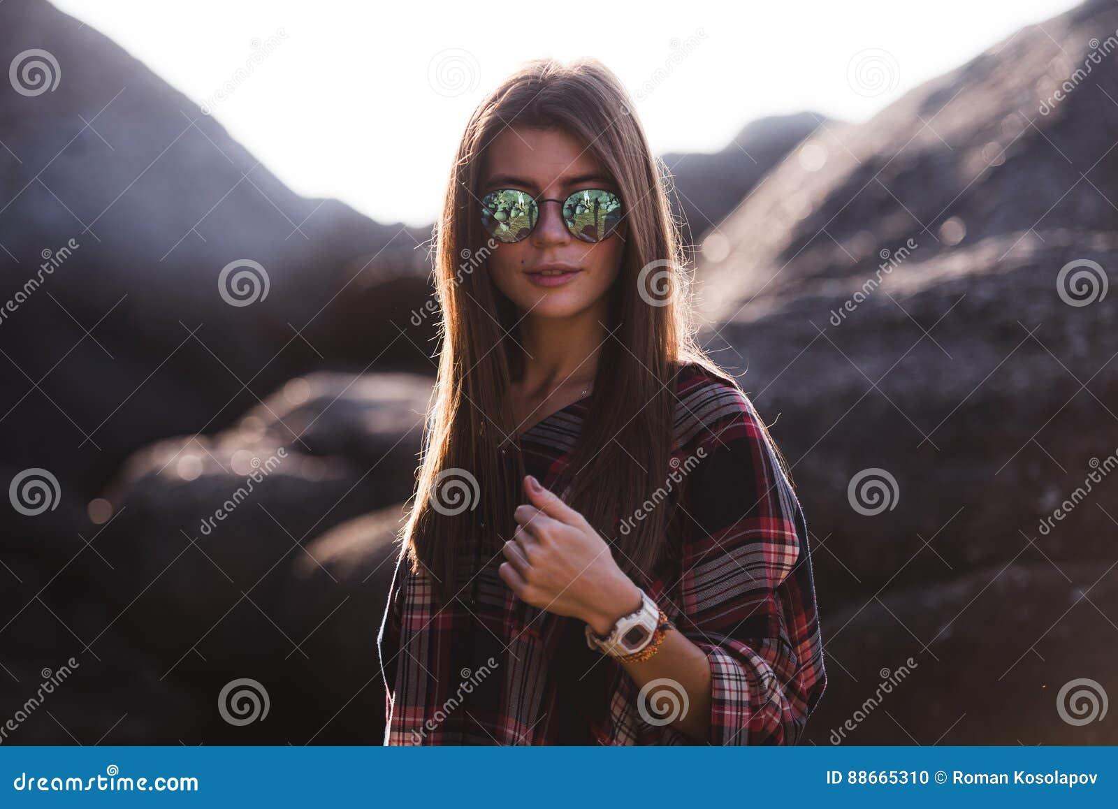 Plenerowy moda wizerunek elegancka młoda dama, modny Stylu życia portret oszałamiająco modniś dziewczyna, być ubranym elegancki