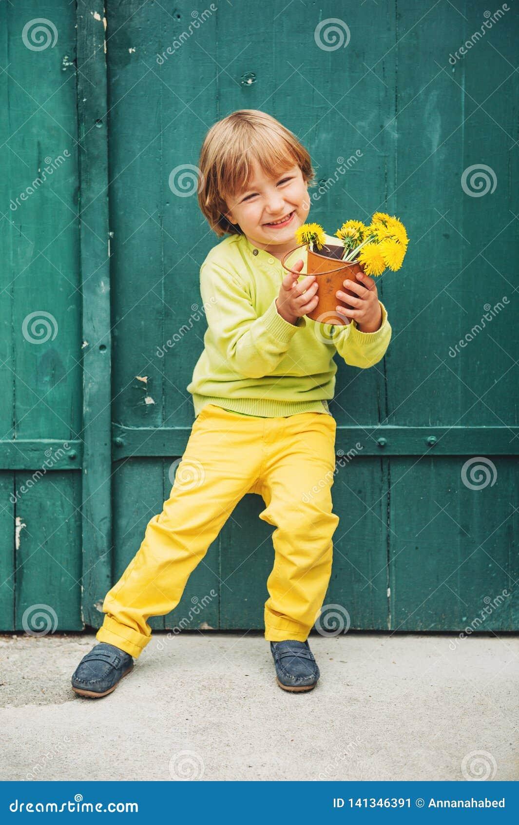 Plenerowy portret śliczna chłopiec