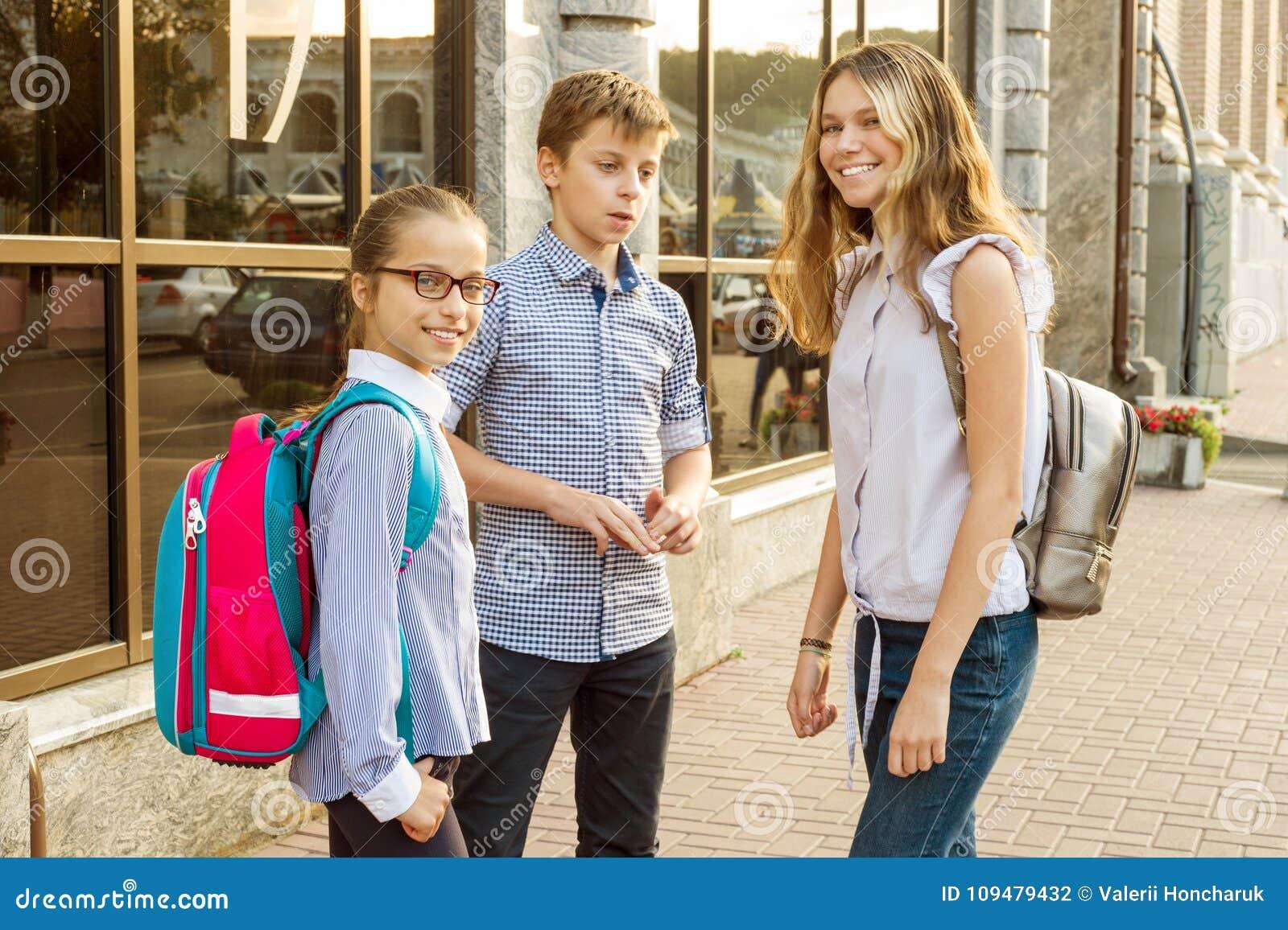 Plenerowy portret grupa nastoletni dzieci