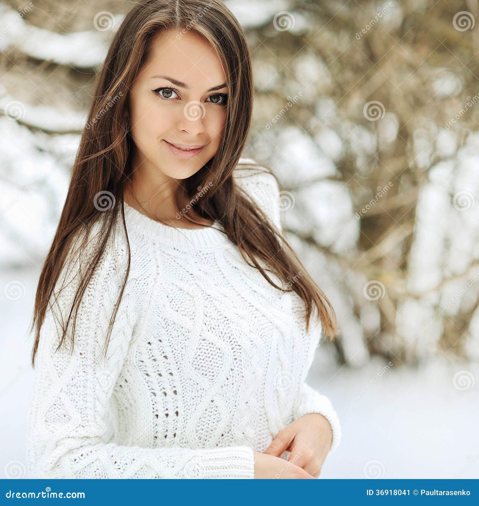 Plenerowy portret piękna dziewczyna w wintertime