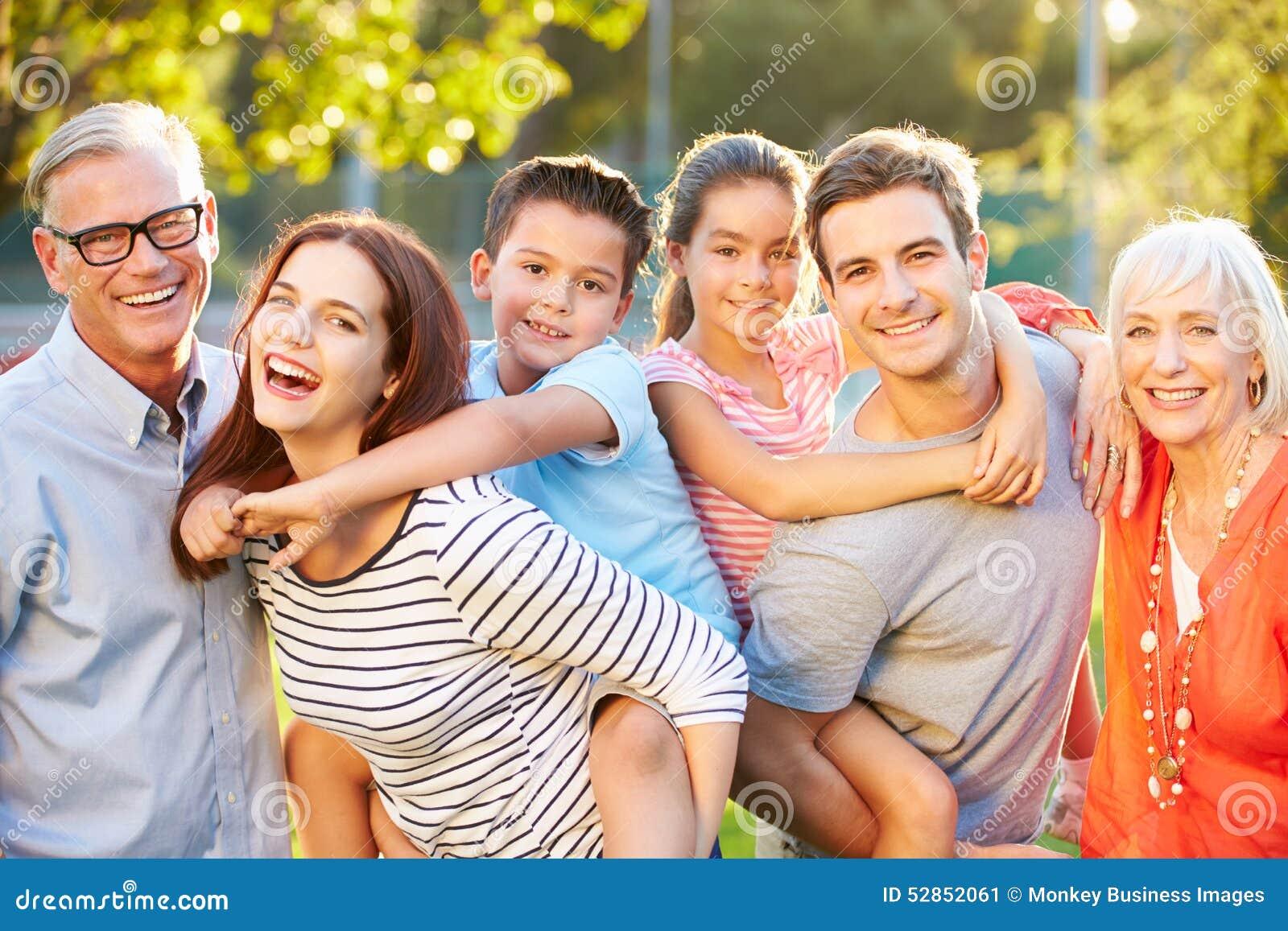 Plenerowy portret pokolenie rodzina W parku