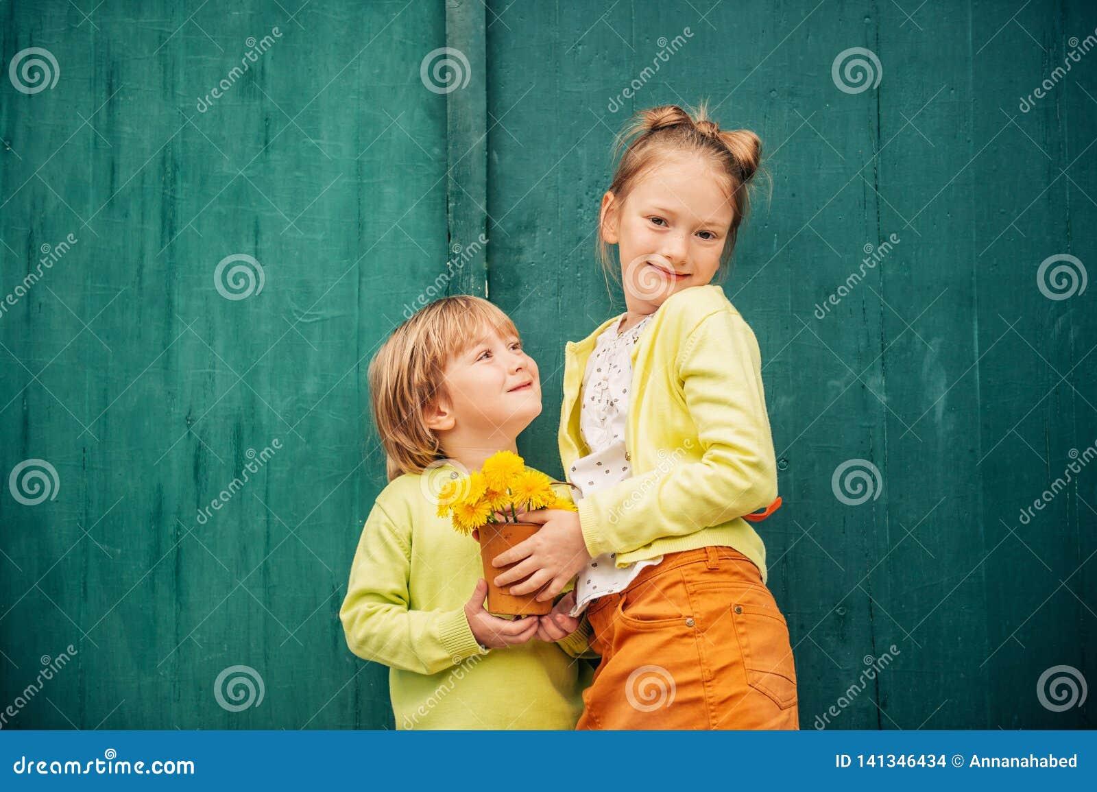 Plenerowy portret uroczy moda dzieciaki