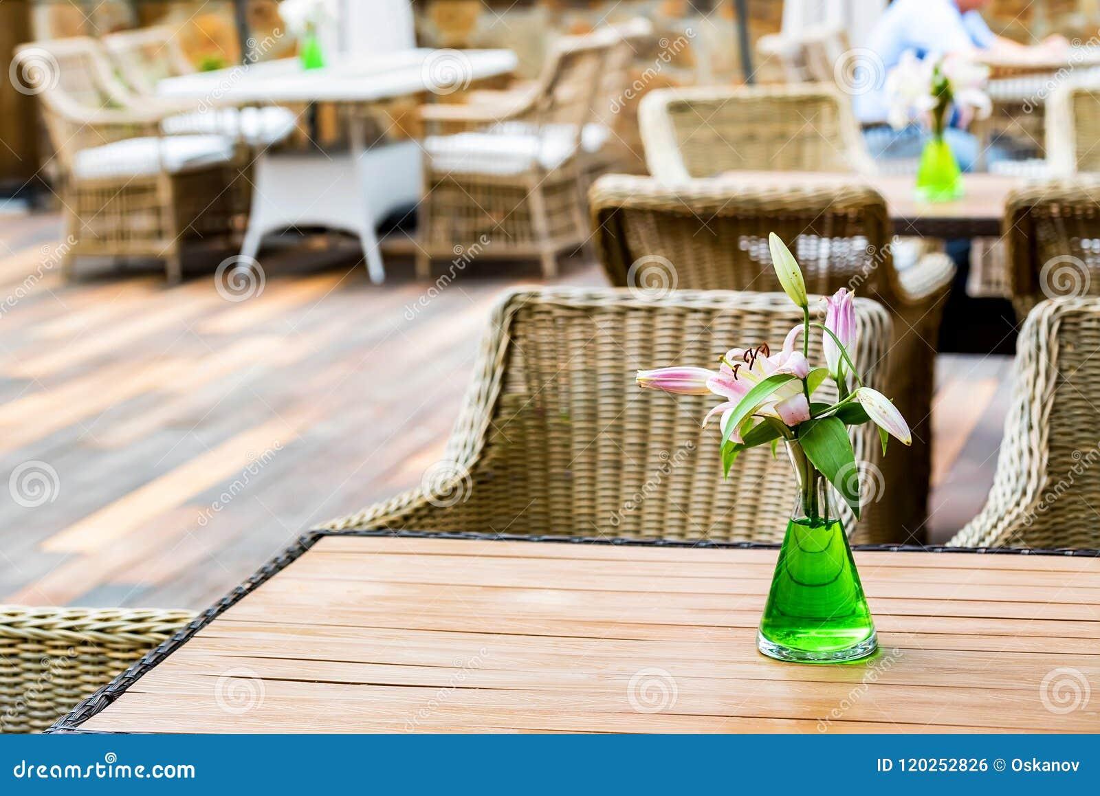 Plenerowy restauracyjny wnętrze z łozinowymi krzesłami