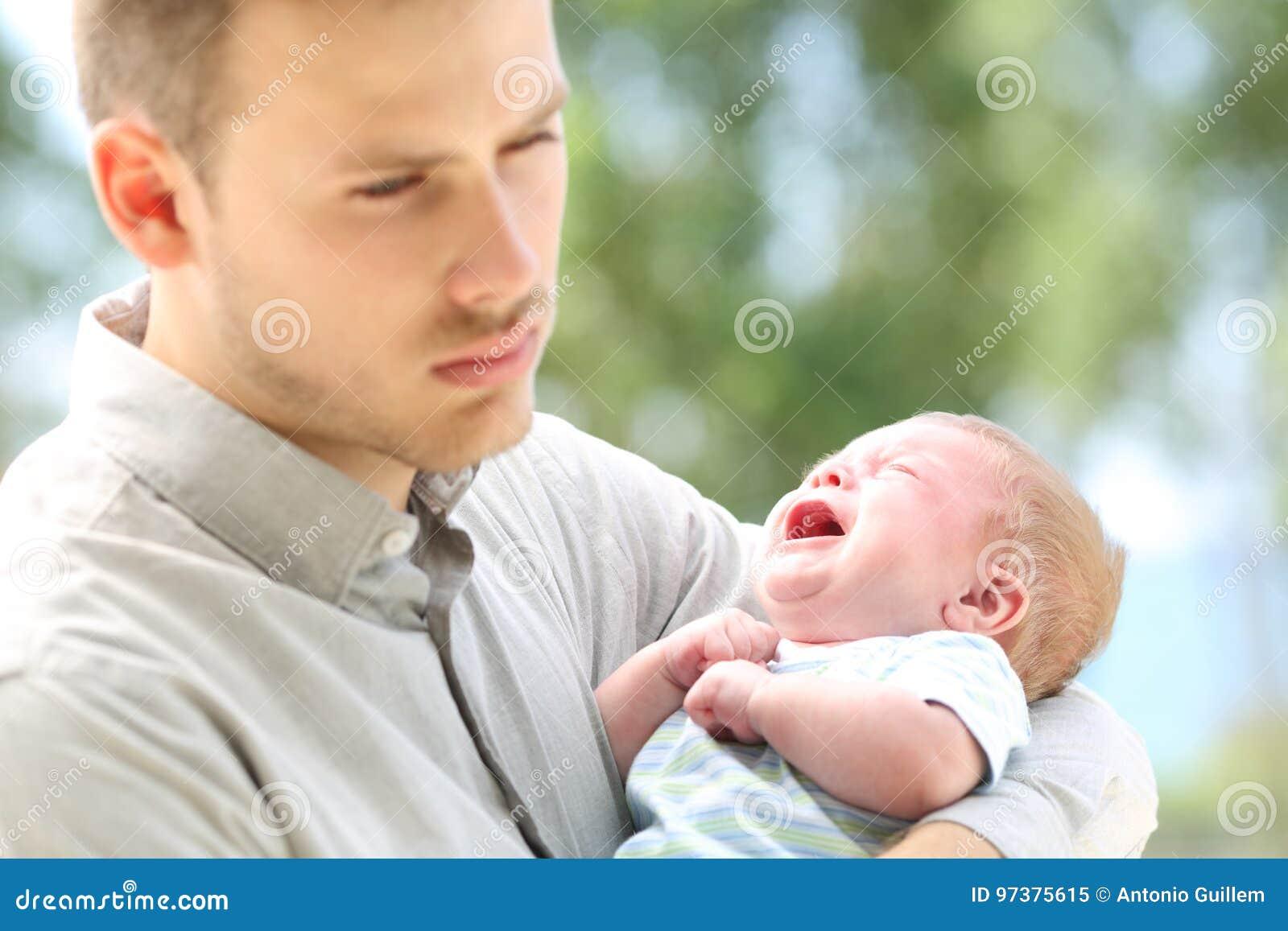 Pleurer de bébé et père ennuyé