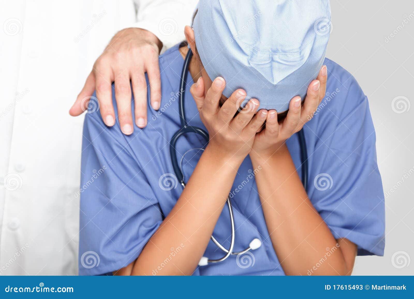 Pleurer triste bouleversé d infirmière/docteur