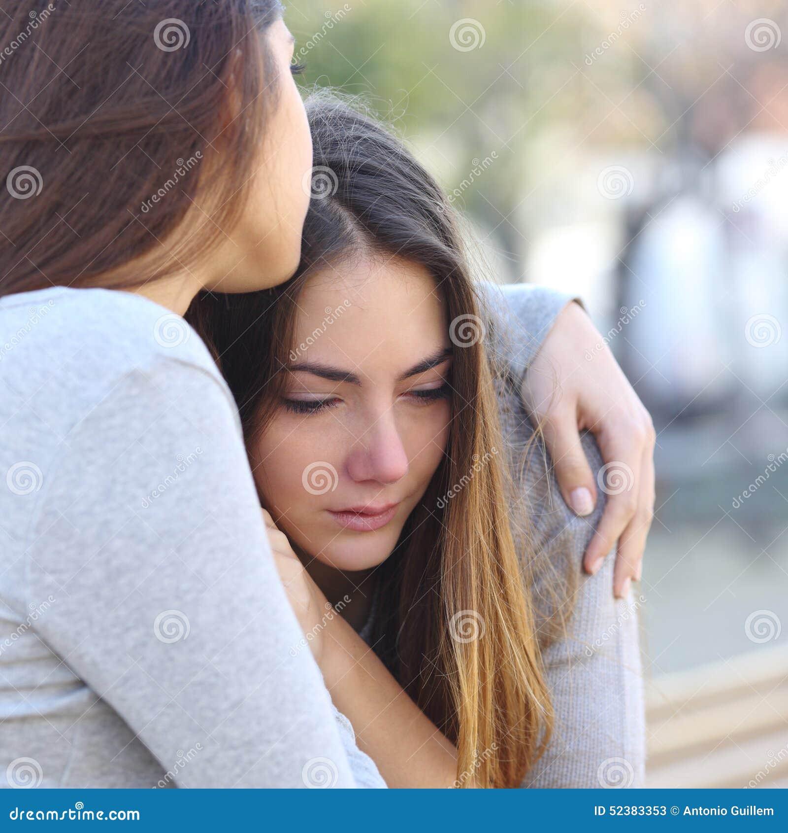 Pleurer triste de fille et un ami la soulageant