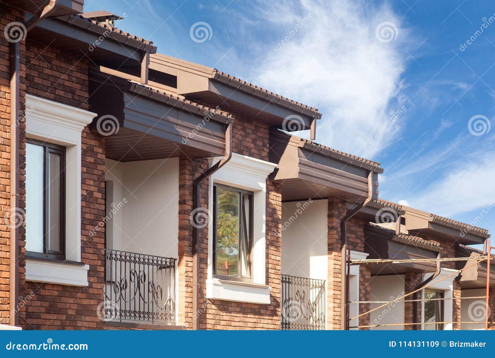 Pleuvoir La Gouttière Sur Une Maison Moderne De Brique Avec Les Fenêtres En  Plastique