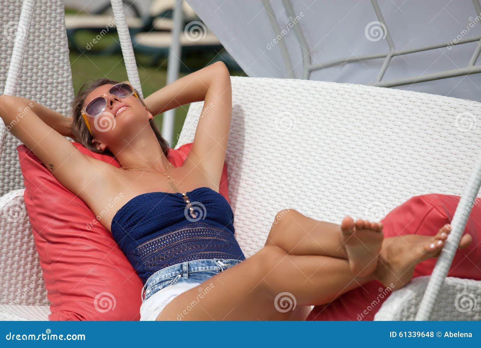 Plezier - vrije gelukkige vrouw die van zon genieten