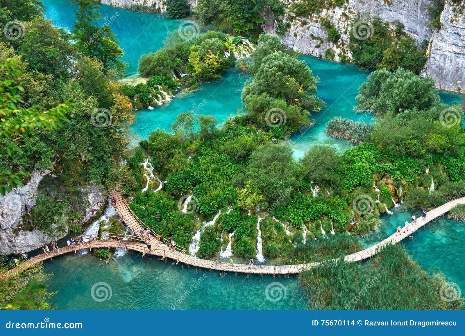 PLITVICE, CROATIE - 29 JUILLET : Le touriste ont plaisir à visiter le pays les lacs et les paysages merveilleux au parc naturel d