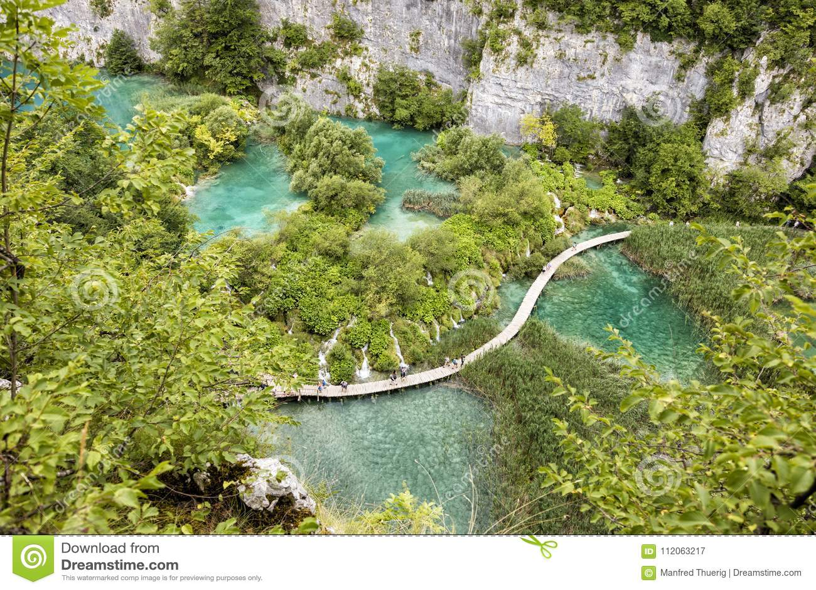 Plitvice, Kroatië, 13 Juli 2017: Adembenemende mening van de vallei met vele watervallen in Plitvice