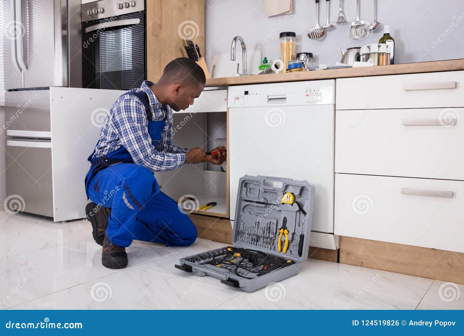 Plombier masculin Fixing Sink Pipe