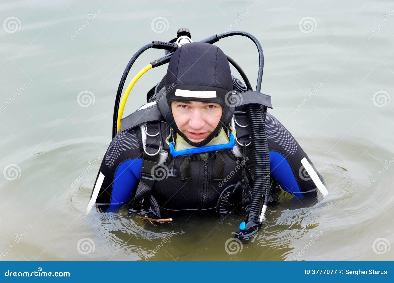 Plongeur autonome entrant dans l eau