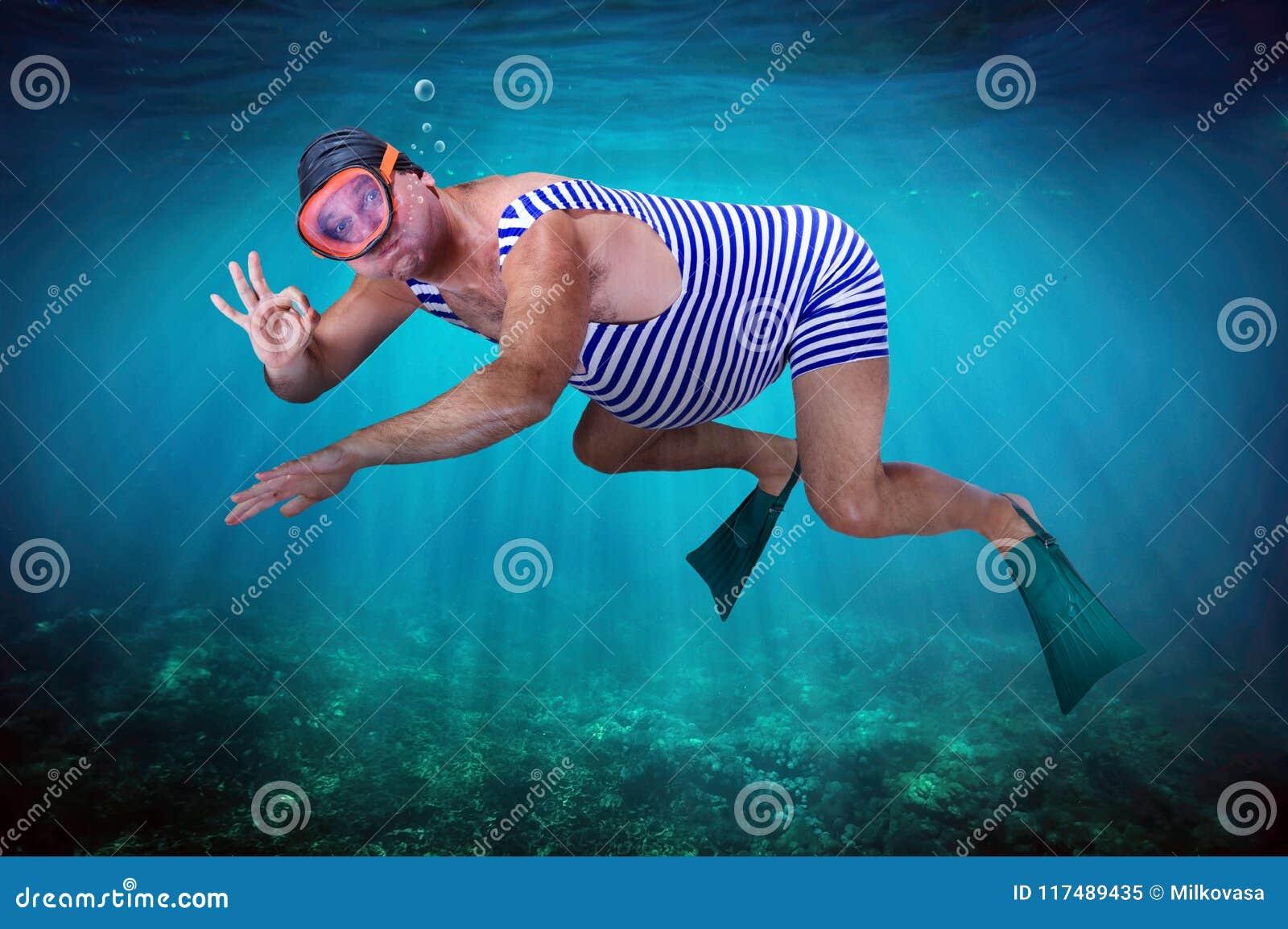 Plongeur dans le rétro maillot de bain