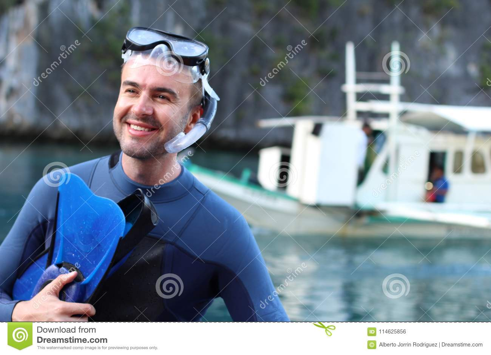 Plongeur environ à sauter dans l océan