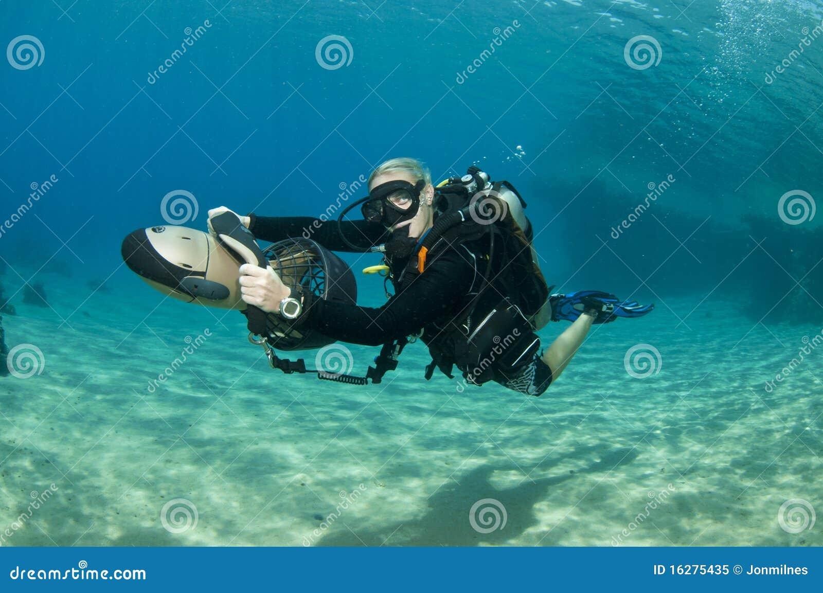 plongeur f minin sur le scooter sous marin photo libre de. Black Bedroom Furniture Sets. Home Design Ideas
