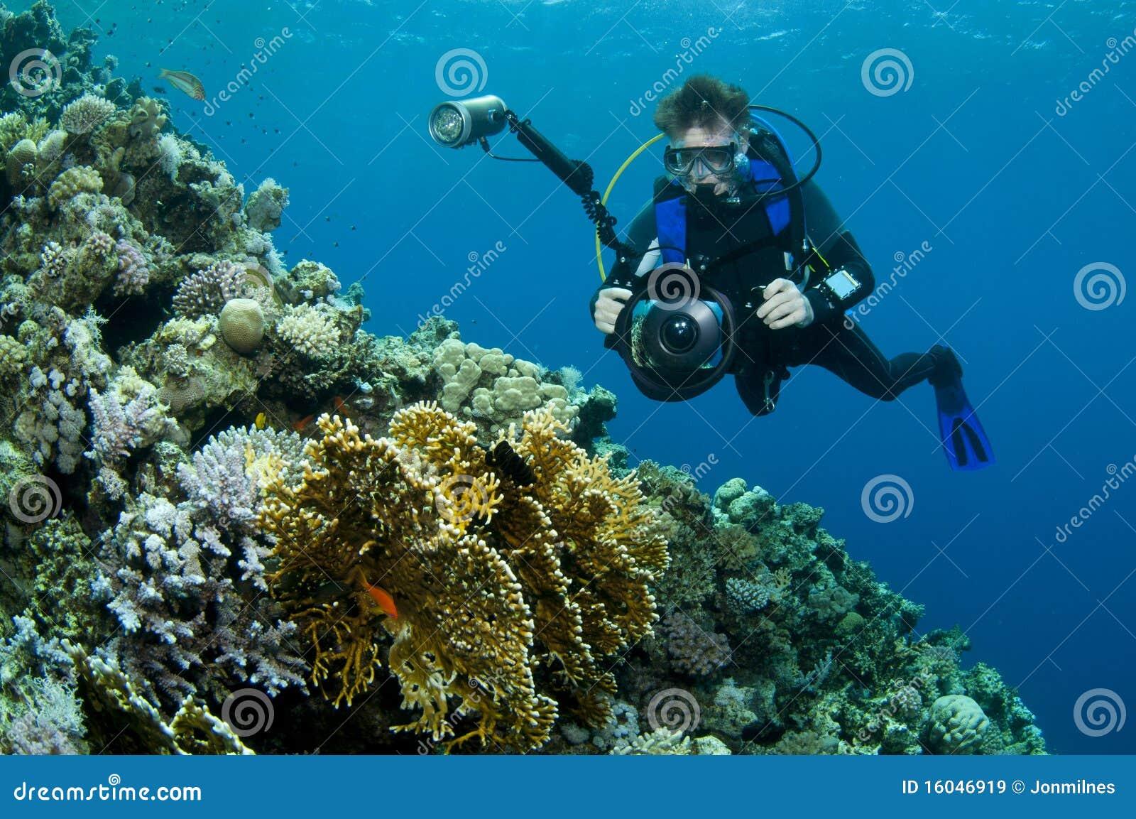 Plongeur photographiant le récif coralien