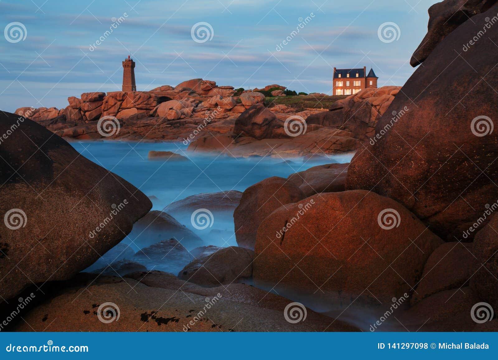 Ploumanach betekent Ruz-vuurtoren rode zonsondergang in roze granietkust, Perros Guirec, Bretagne, Frankrijk