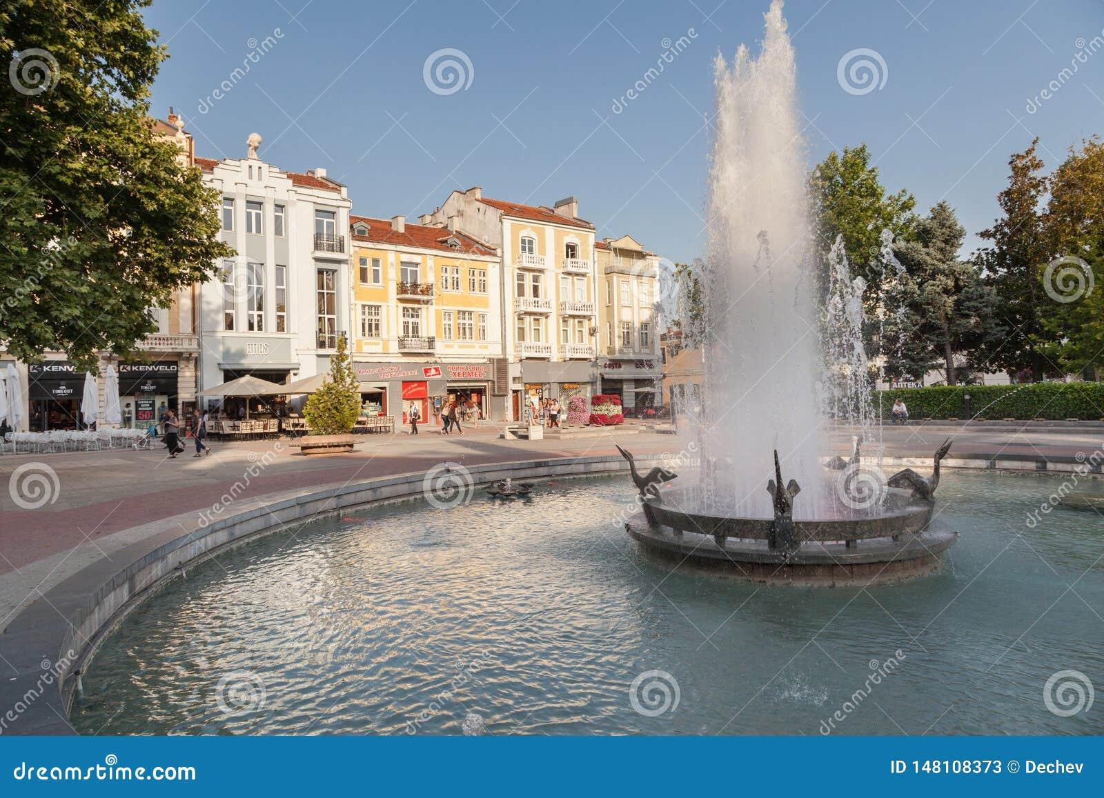 PLOVDIV, BULGÁRIA - 2 DE JULHO DE 2017: Ideia da fonte na rua do quintal e do quadrado central em Plovdiv, Bulgária Plovdiv é