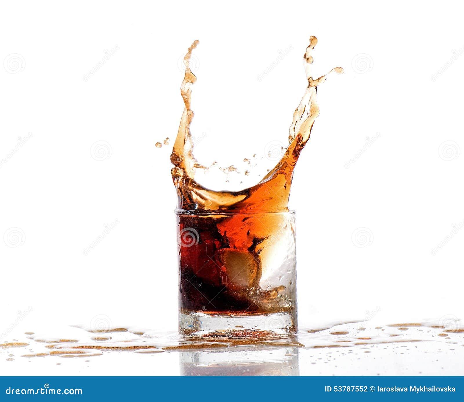 Pluśnięcie alkoholu woda w szkle odizolowywającym