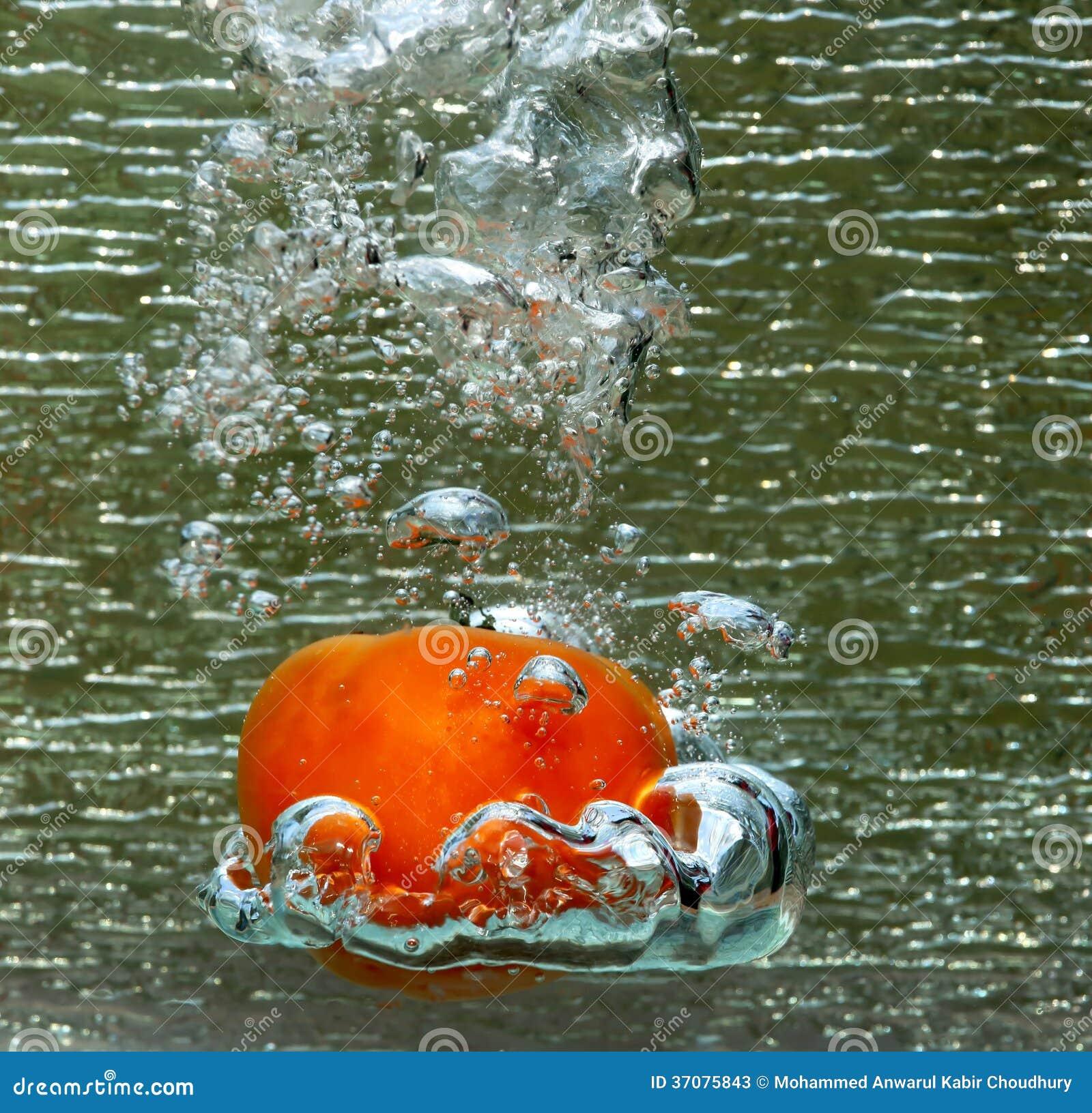 Download Pluśnięcie Czerwony Pomidor Obraz Stock - Obraz złożonej z jedzenie, greenbacks: 37075843
