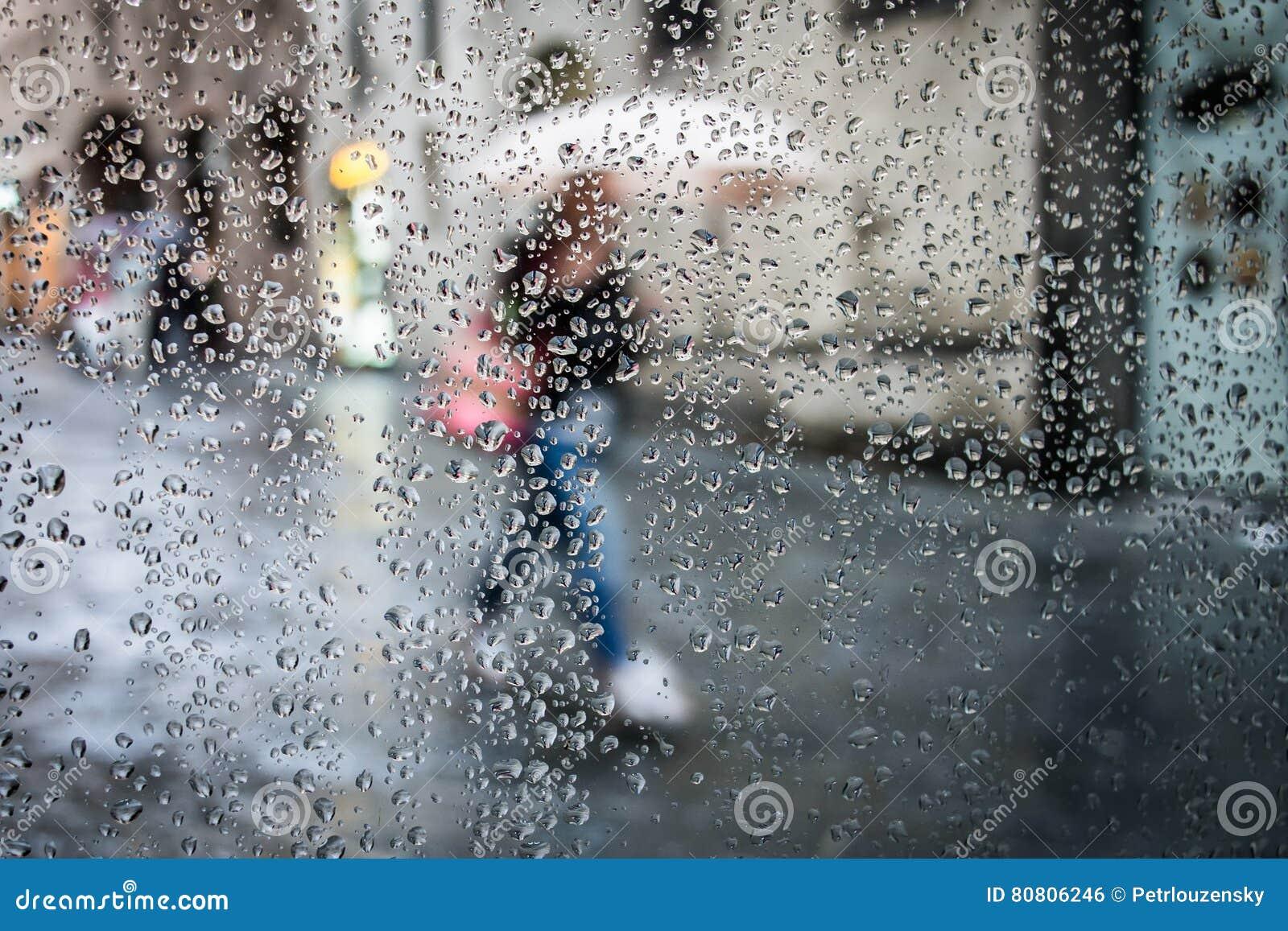 Pluie dans la rue et la silhouette