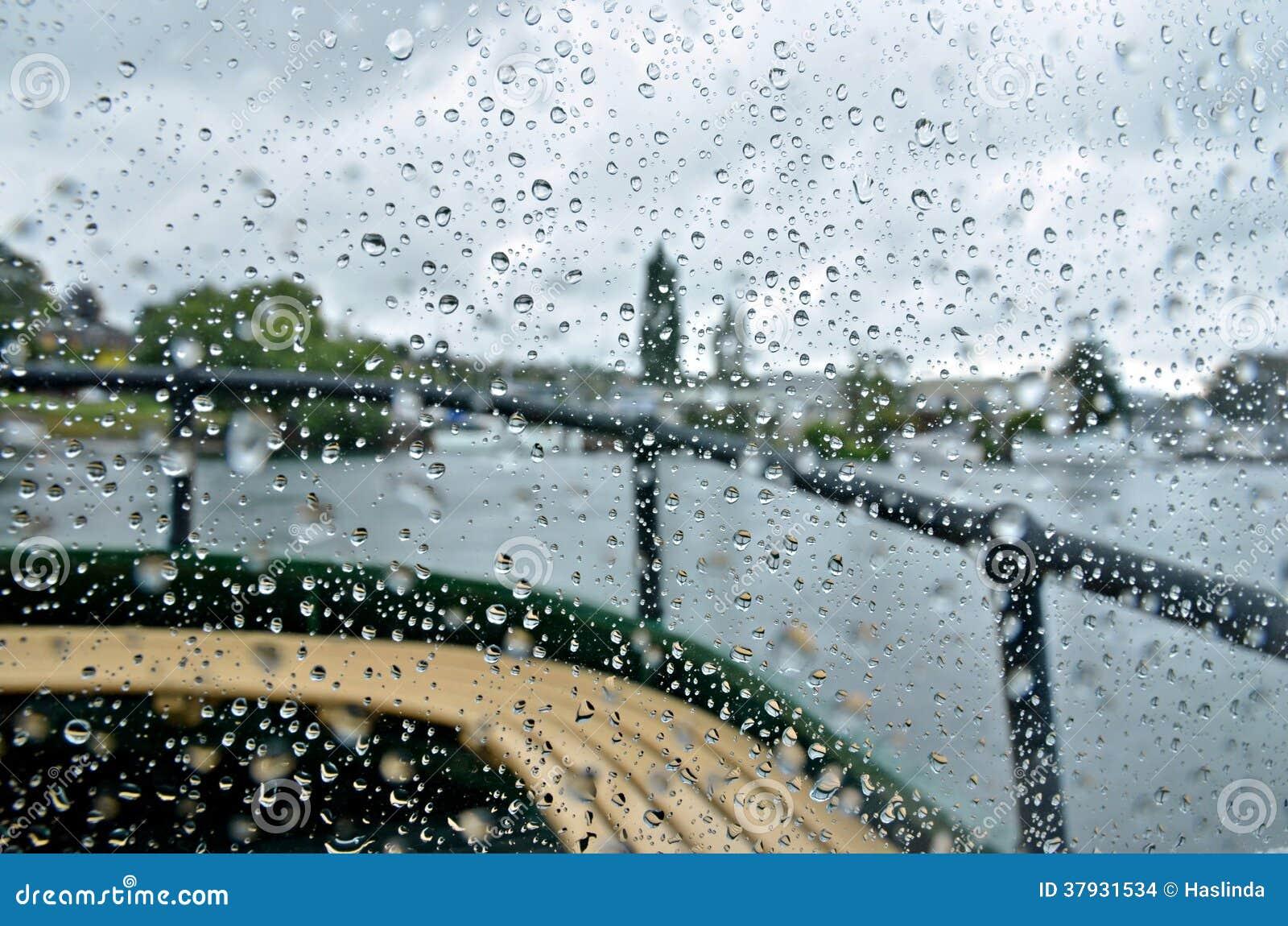 Pluie sur la plate-forme de bateau